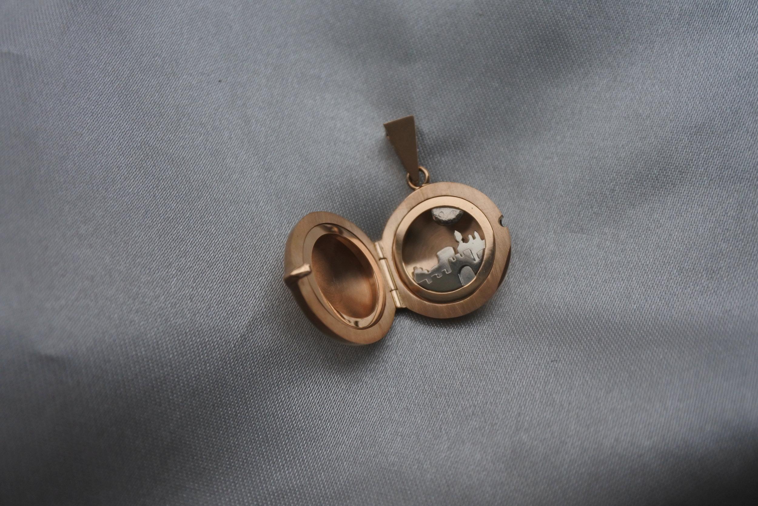 Ett av smyckena jag lämnade in som arbetsprov för att få gesällbrev; en medaljong med siluetten av min hemstad Visby inuti.