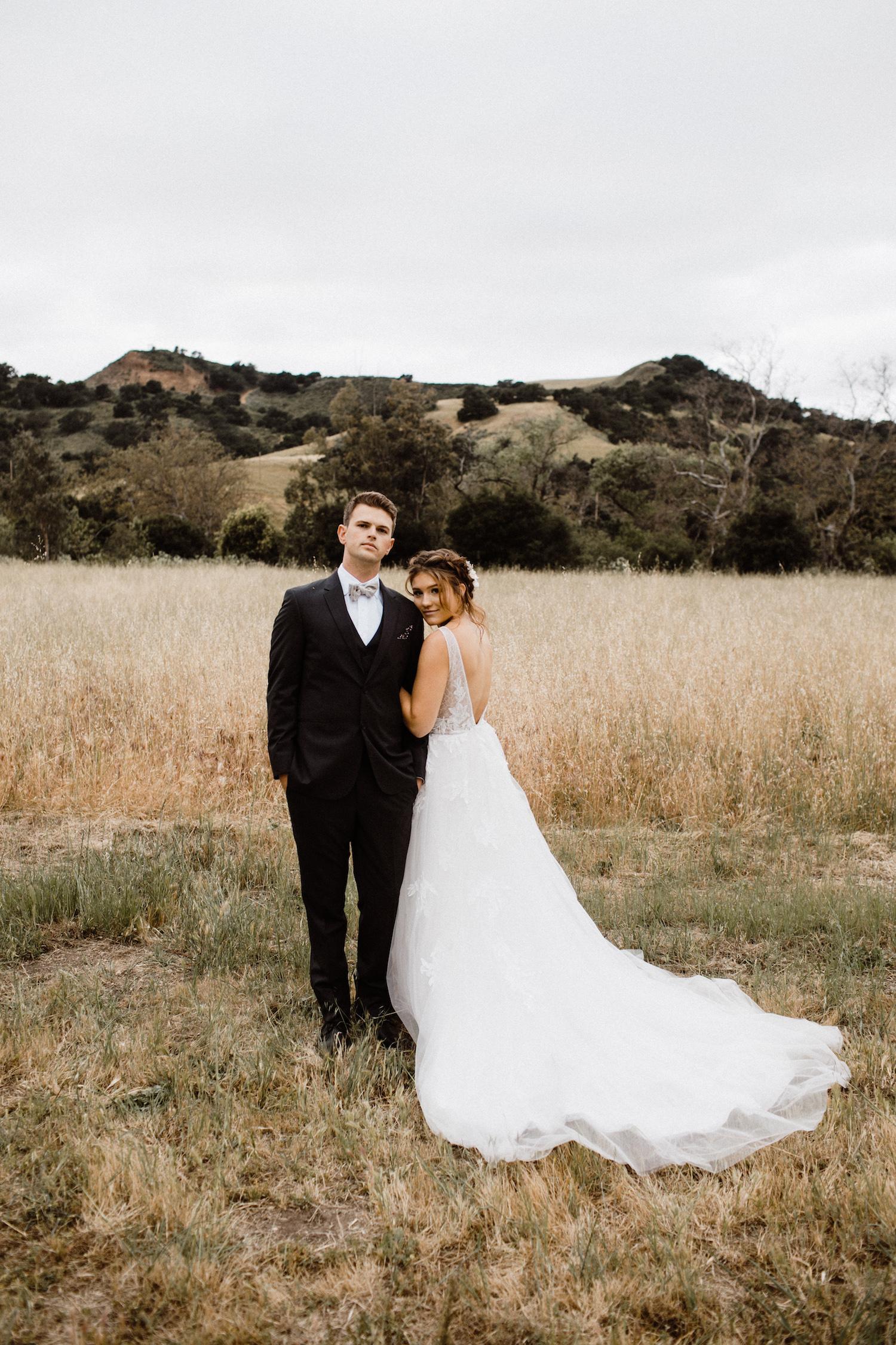 brudklädsel bröllop klänning med släp