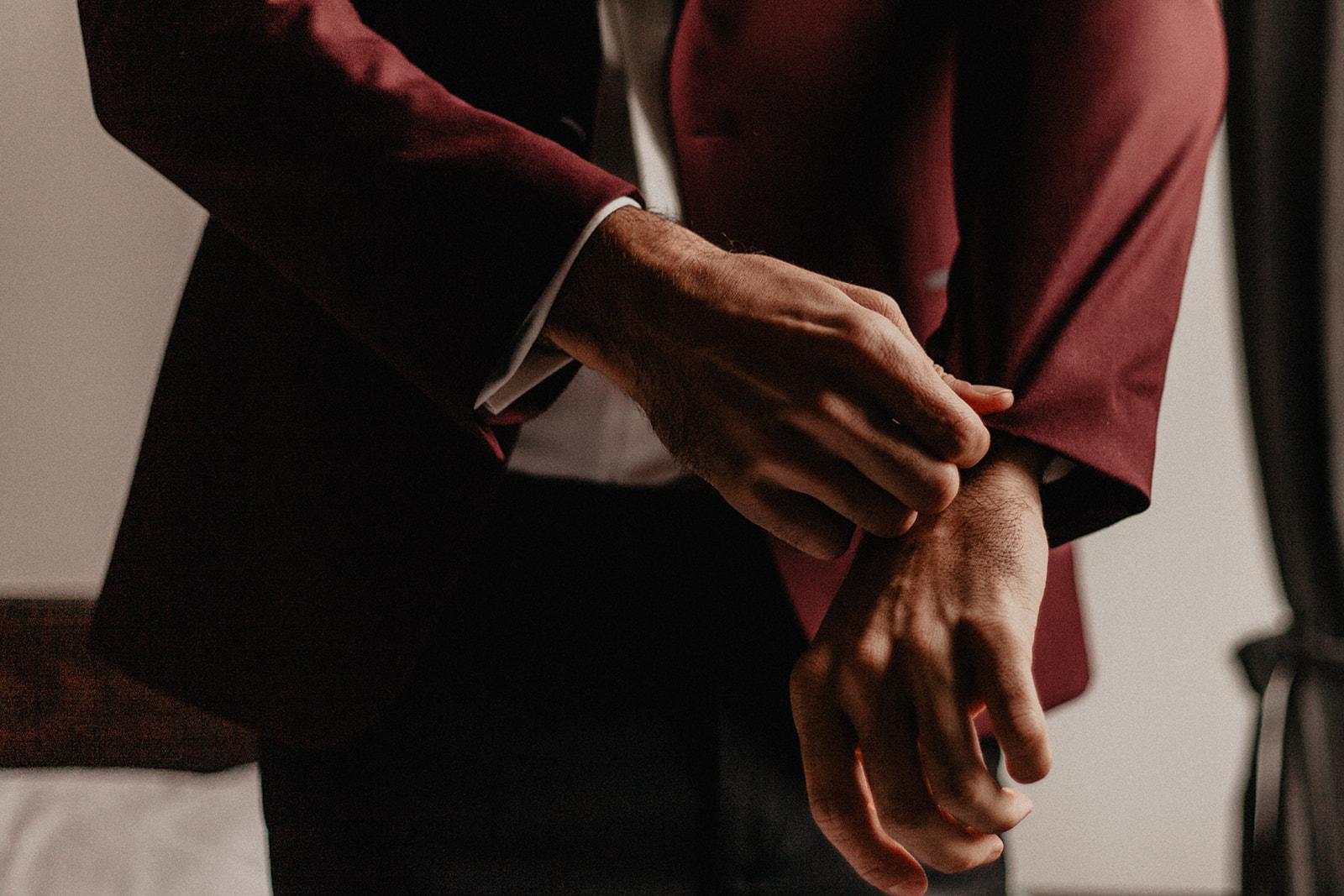 Vinröd kostym bröllop