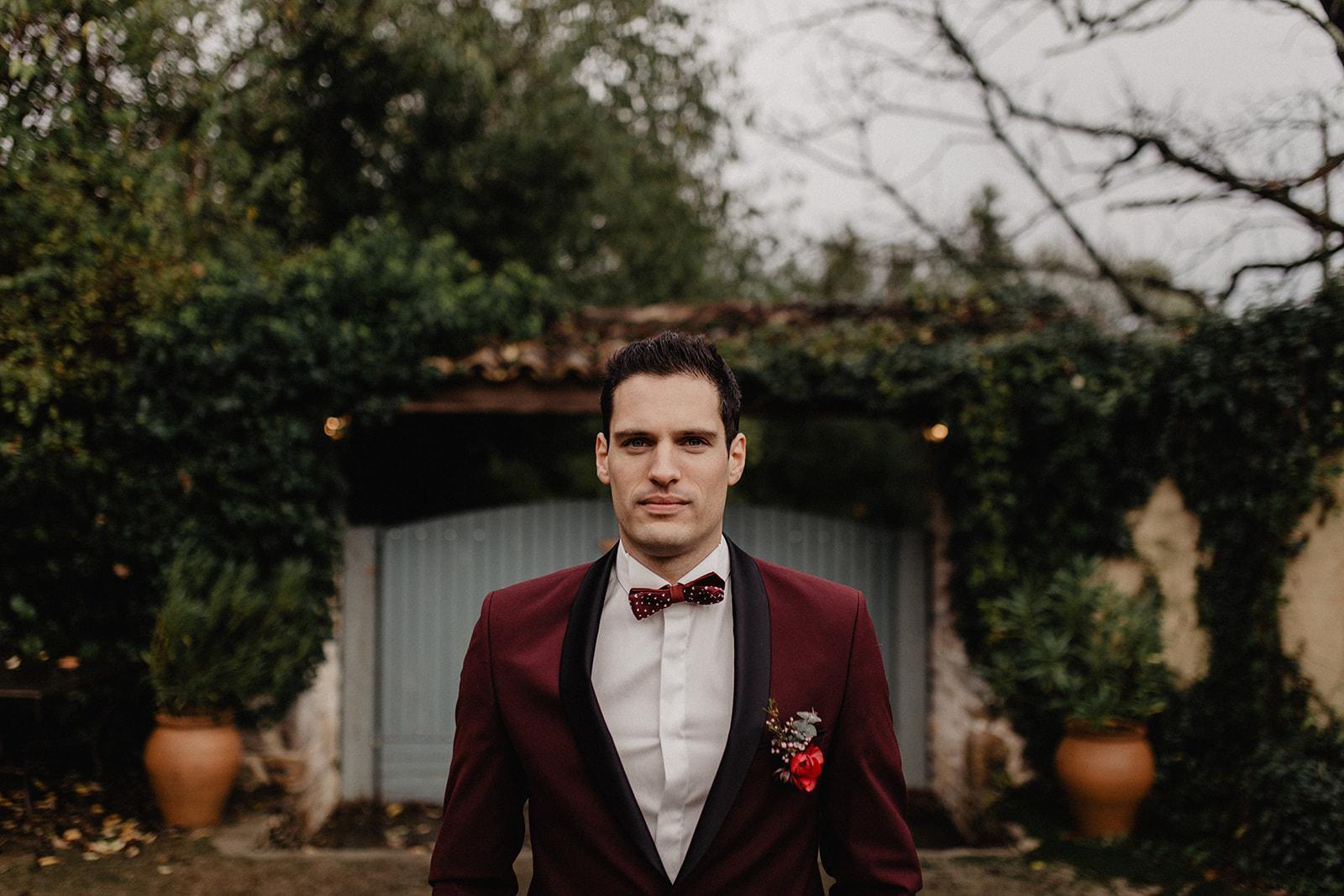 höstbröllop bröllopsinspiration vinröd kostym