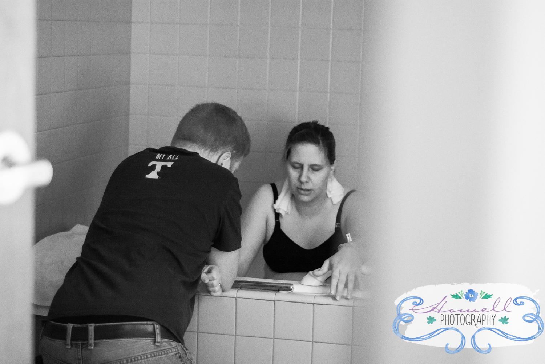 mom laboring in tub