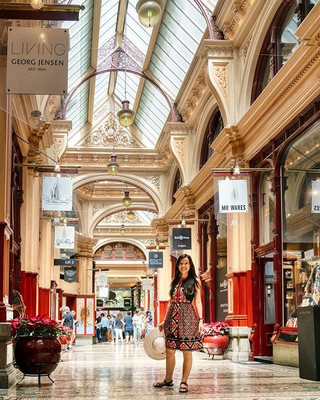 Melbourne's Block Arcade is an enchanting step back in time, with its high glass canopy ceiling, mosaic tiled floors, wrought iron details and stone carved bas relief sculptures. Built between 1891 and 1893, the Block Arcade now hosts a range of boutique shops and cafes, like the Hopetoun Tea Room with its enticing window display of delectable treats (3rd pic). I enjoyed wandering around the Block Arcade and admiring the details. It would be so charming if all shopping centers were as bespoke as this! 😊☕🛍⠀ ⠀ ⠀