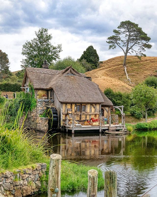 The watermill at Hobbiton 💖 Such a cute building ~ I love all the attention to detail and the craftsmanship that went into creating this whimsical world! 😊 ⁣⠀