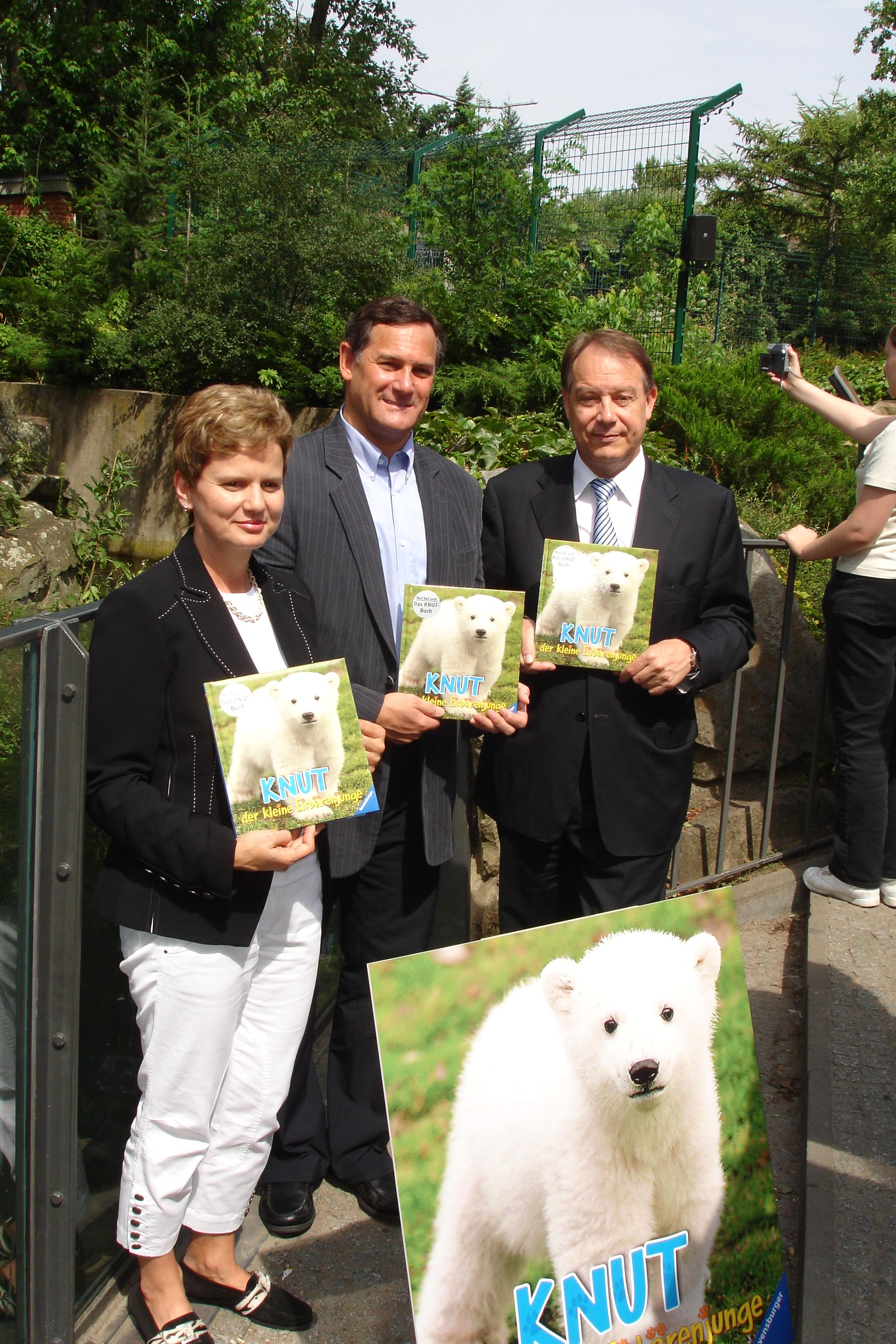 """Präsentation des einzigen offiziellen Buchs über den kleinen Eisbär """"Knut"""" im Berliner Zoo"""