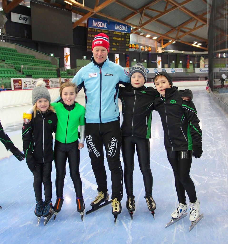 Petter Andersen flankert av fv. Tomine Sæves Myran, Emmeline Berentzen, Linus Risnes og David Luangtep Vangen. (Foto: Monika Risnes)
