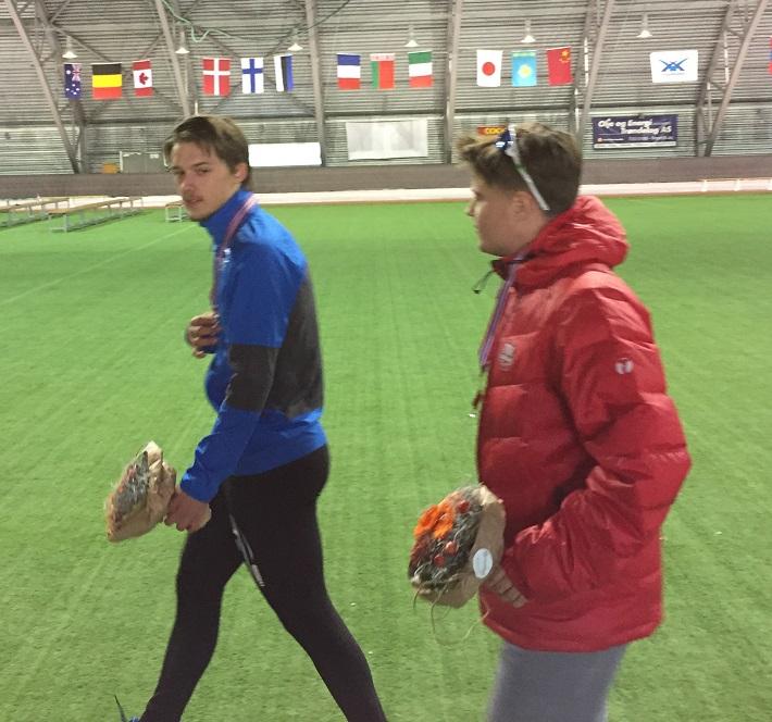 Allan og Ole B Næss har akkurat fått sine velfortjente medaljer for 10000m innsatsen.