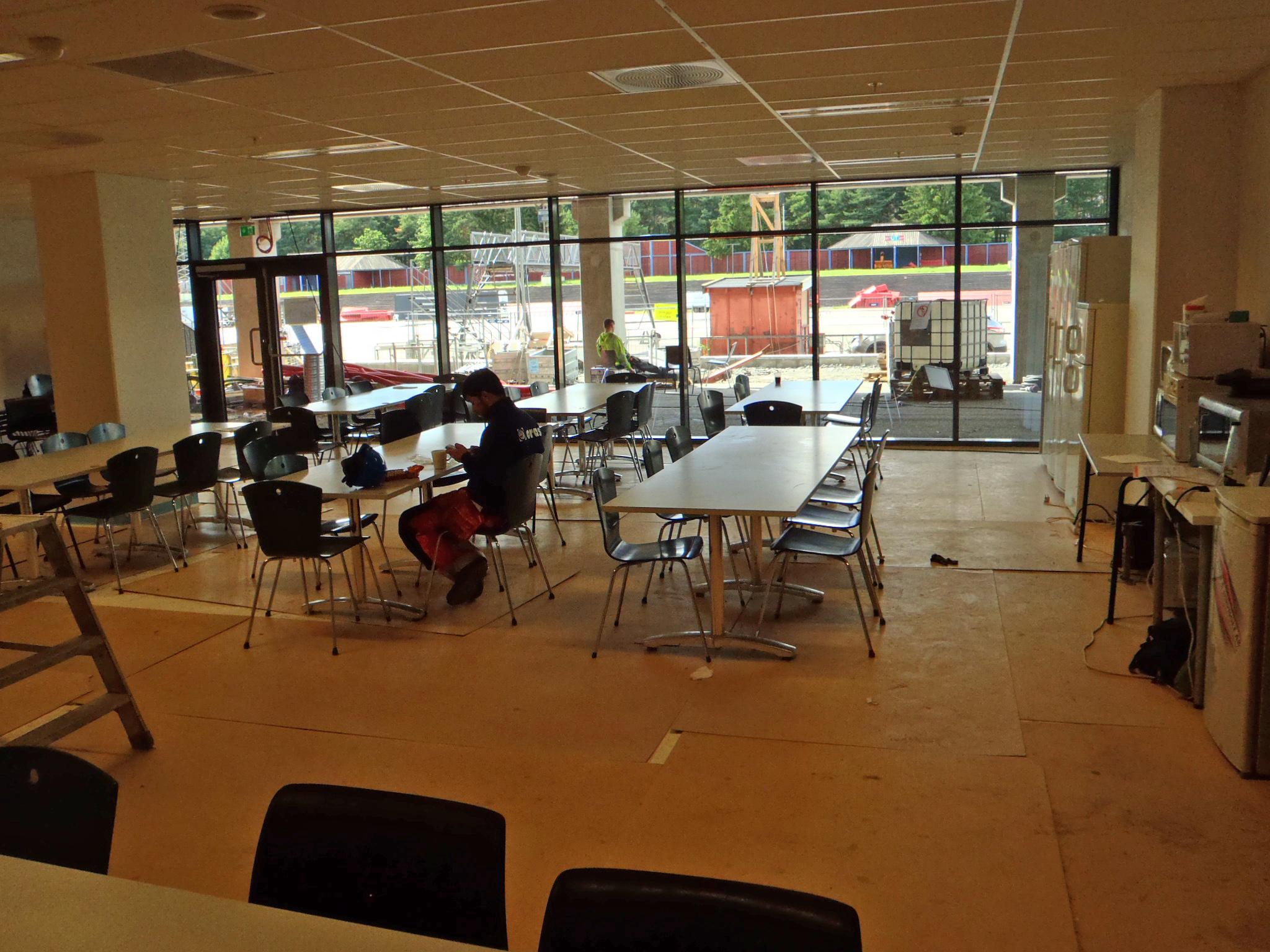 kafeteriaen med glassveggen mot skøytebanen . BILDET ER tatt fra omtrent der hvor disken vil være.