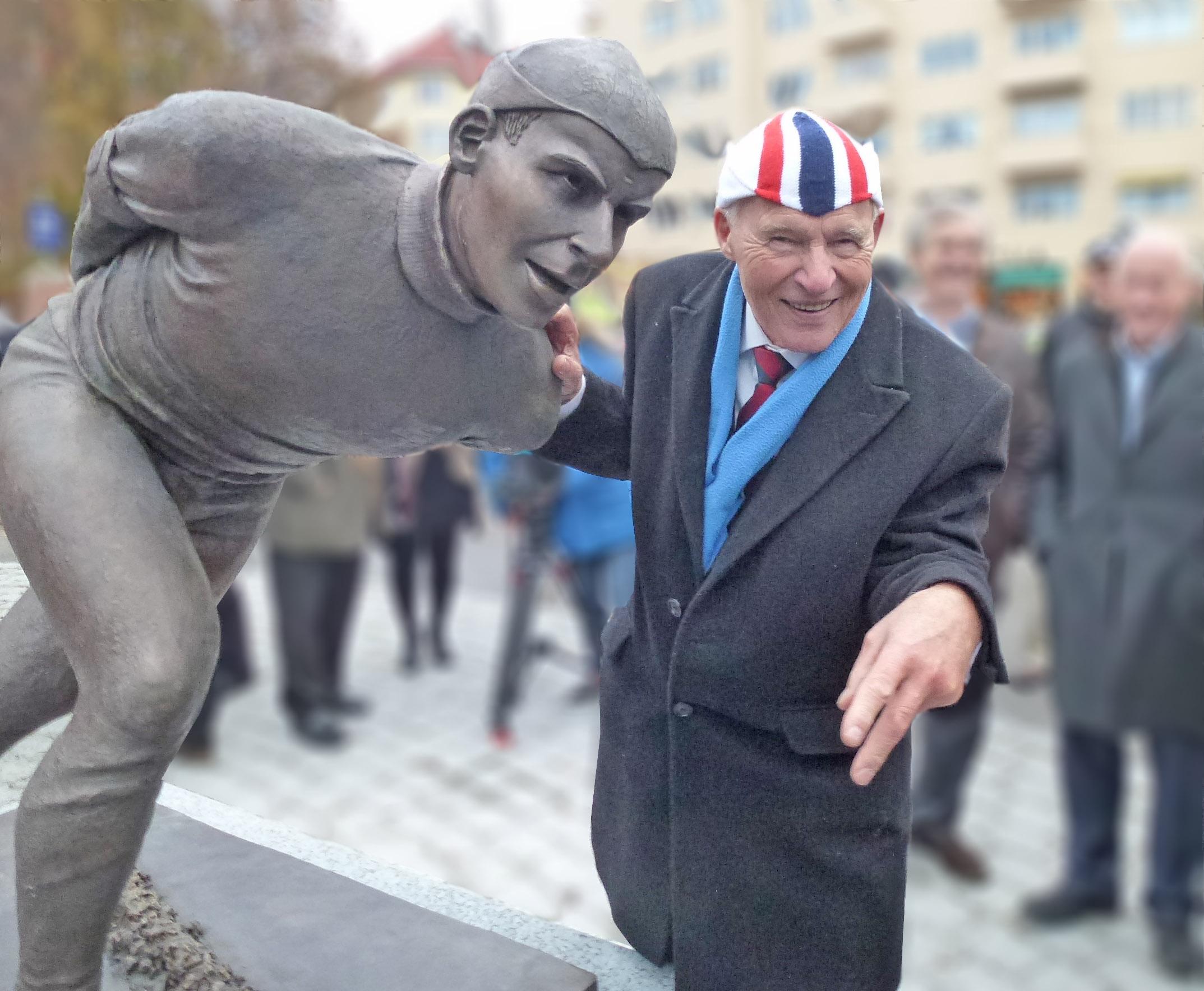 Knut Johannesen under avdukningen av statuen av ham foran Bislet stadion i 2013. (Foto: Sven-Åge Svensson)