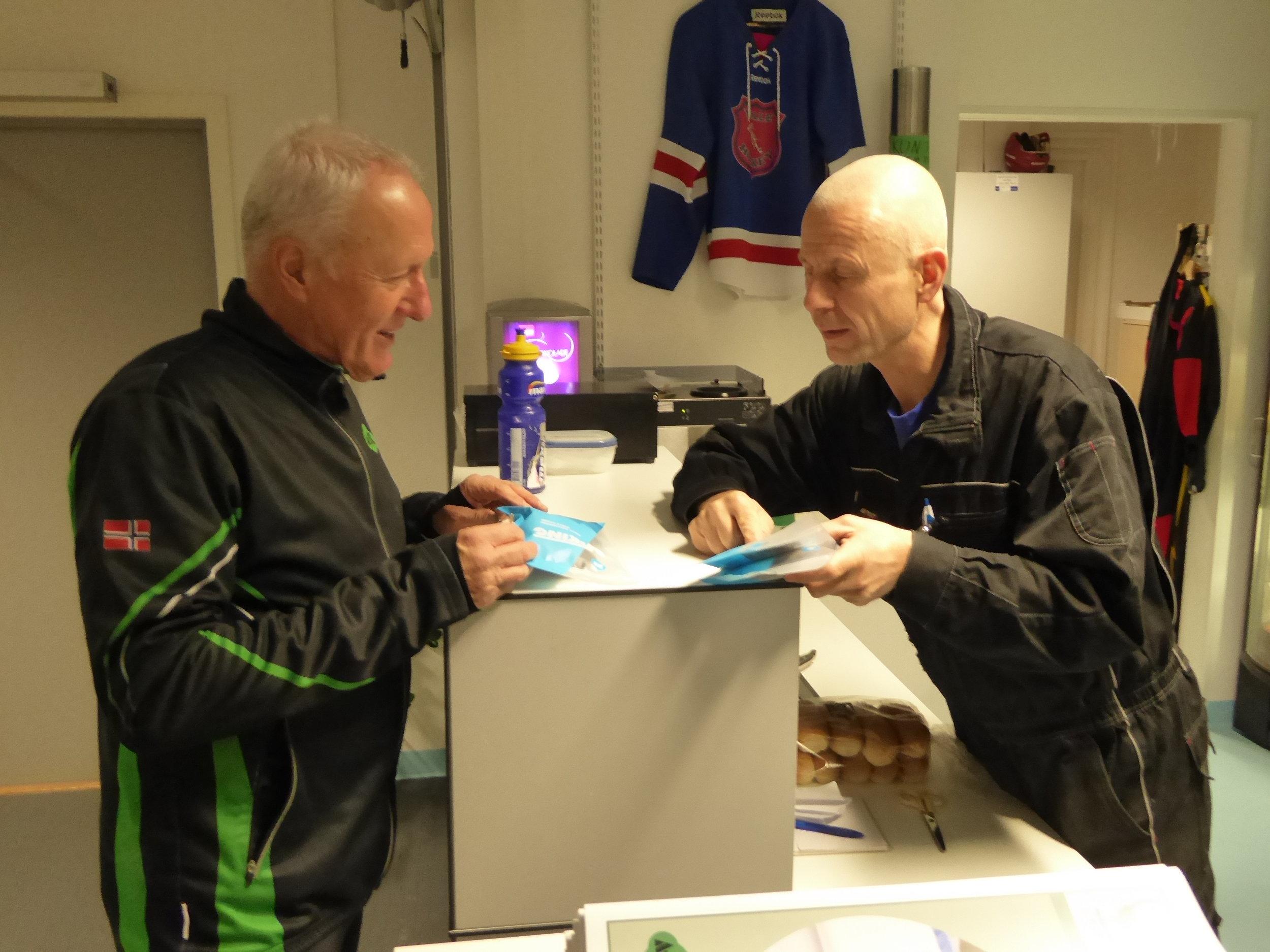 Odd Arild Ødegaard (t.h.) hjelper Pål Gulliksen å komplettere utstyret.  (Foto: Sven-Åge Svensson)