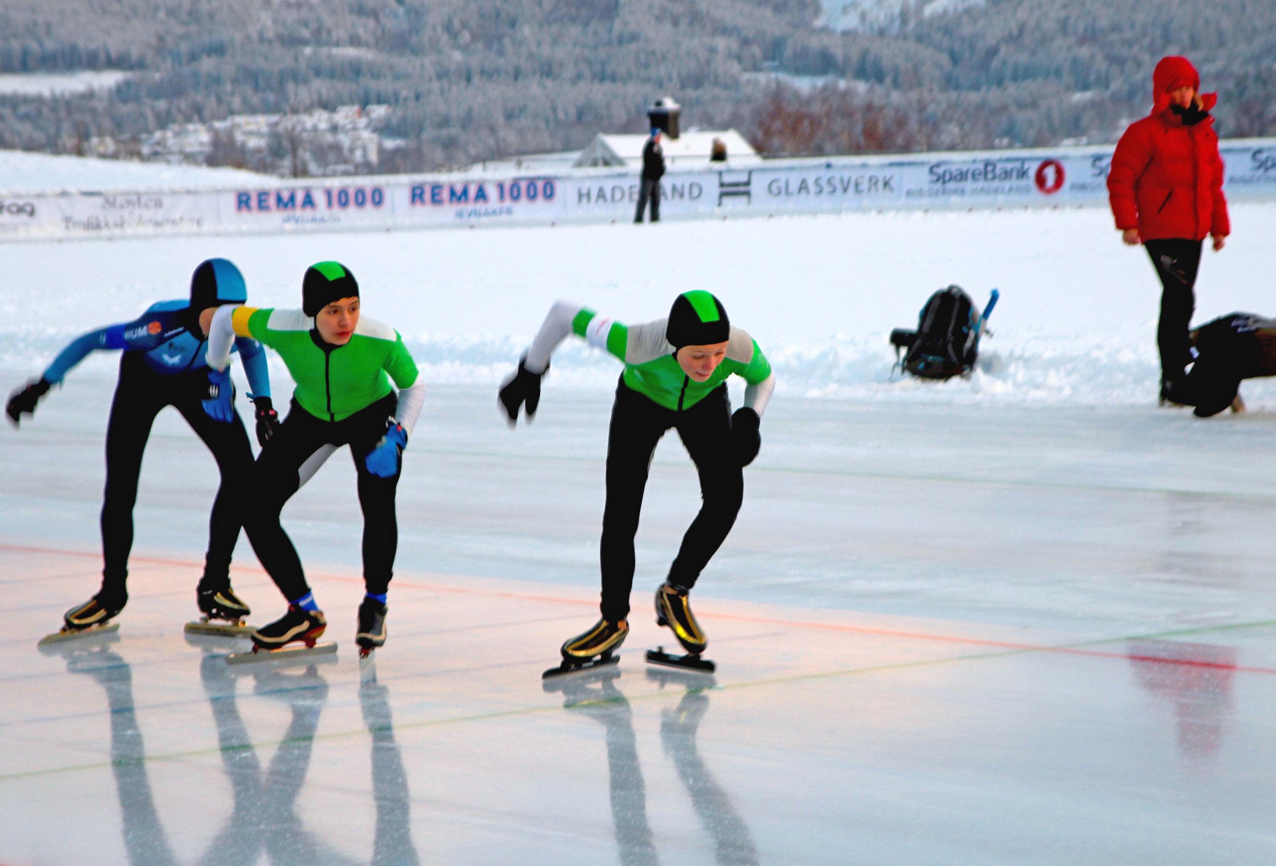 Vinnerlaget i teamsprint ved fra v. Tinius Rambøl Alme, David Luangtep Vangen og Fredrik Pedersen (OSK). (Foto: Monika Risnes)