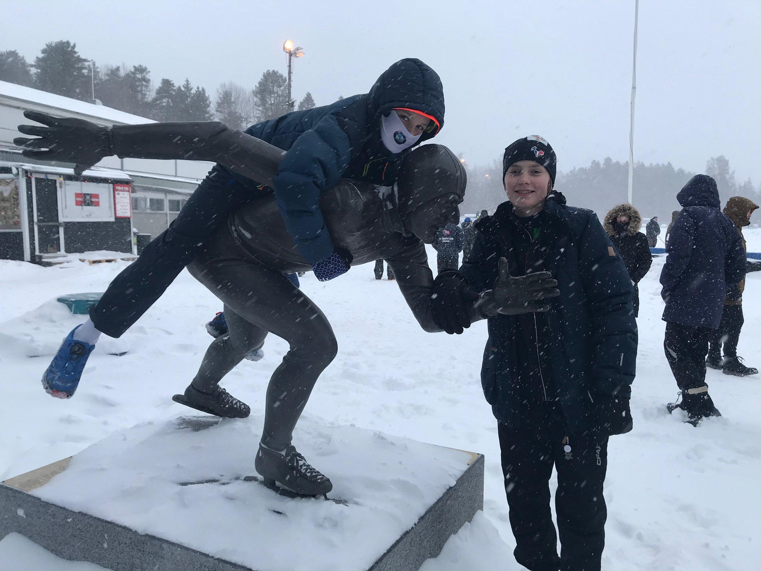 På Maier Arena: Fredrik Colbensen Tvedten og Mads Nordhus hilser på statuen av Fred Anton.