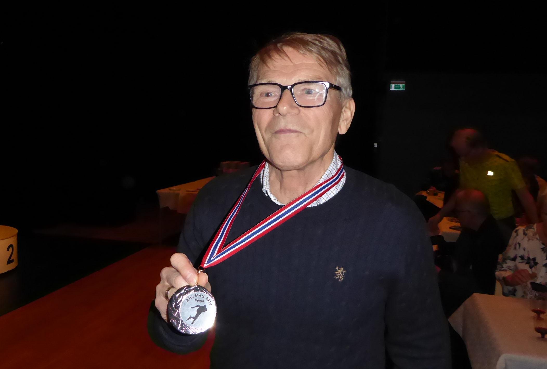 Erik Vea med sølvmedaljen. Martin Grothe Lien og Andreas Haugerud måtte reise før premieutdelingen (Foto: Sven-Åge Svensson)