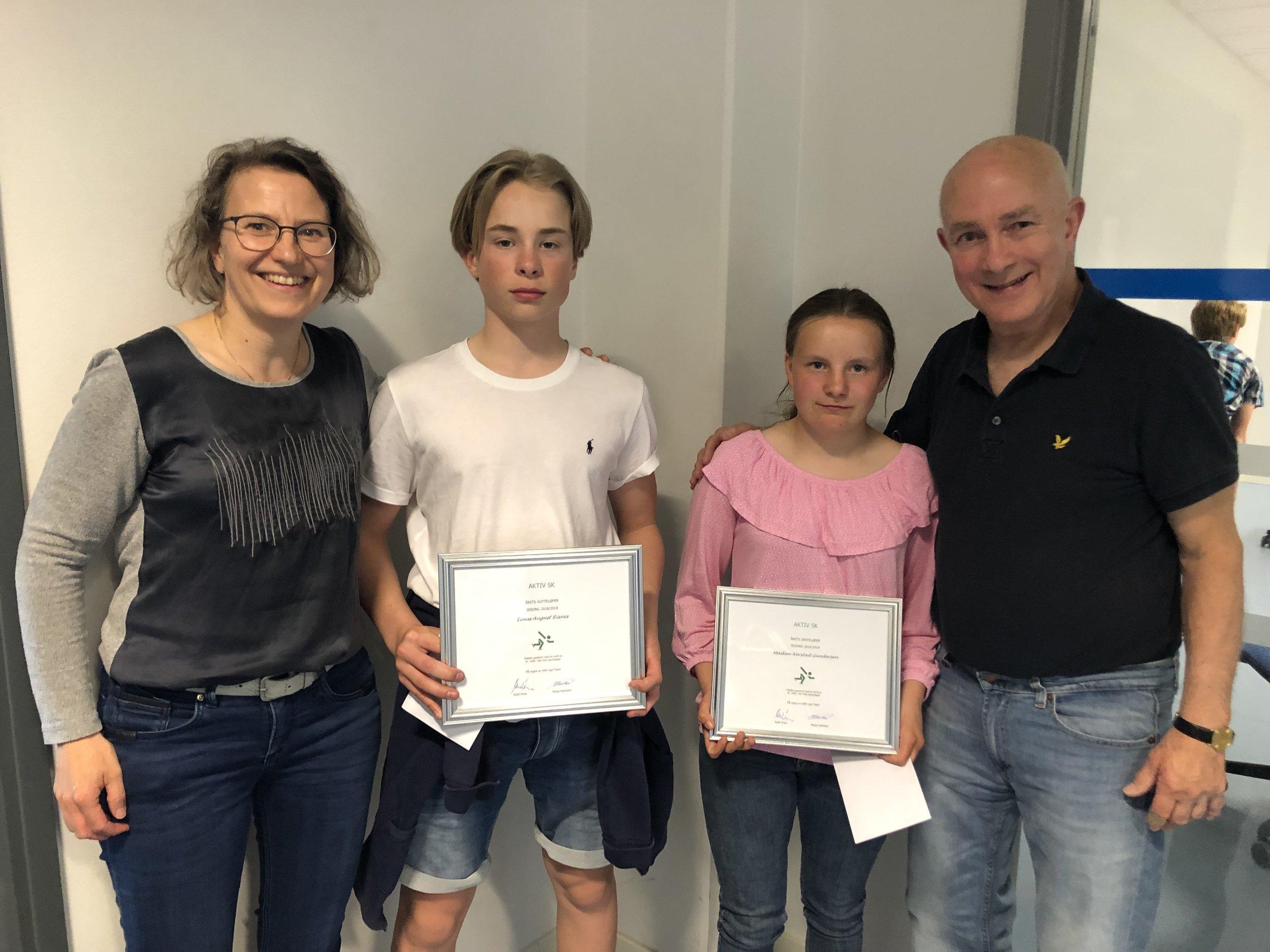 Linus Risnes og Maiken Gundersen med premiene som beste gutte- og jenteløper, omkretset av Ligaens Marja Haartsen og Keith Price.
