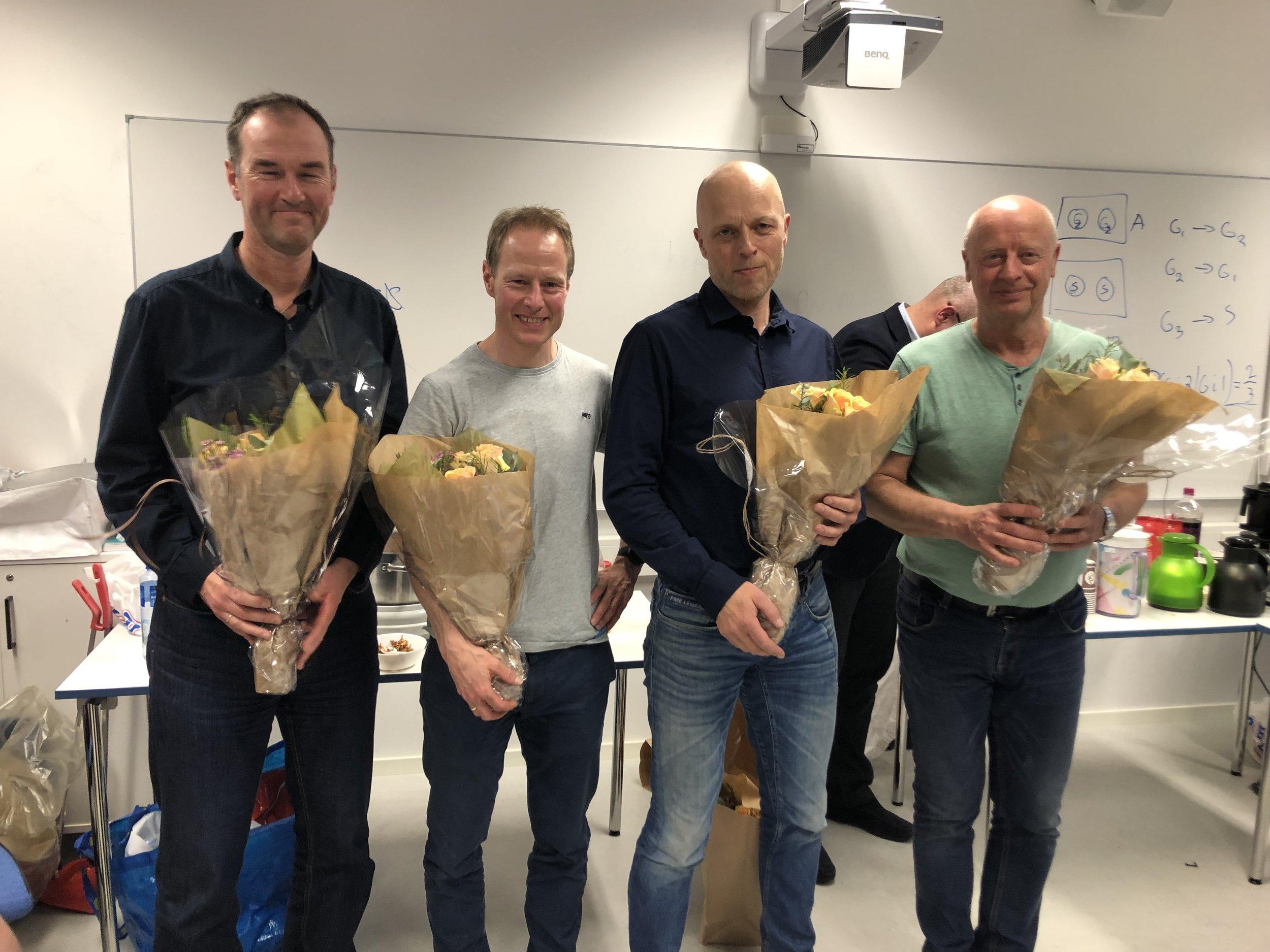 Fornøyde trenere med blomsterbuketter: Carl Erk Sando, Petter Andersen, Ivar Njøs og Amund Sjøbrend.