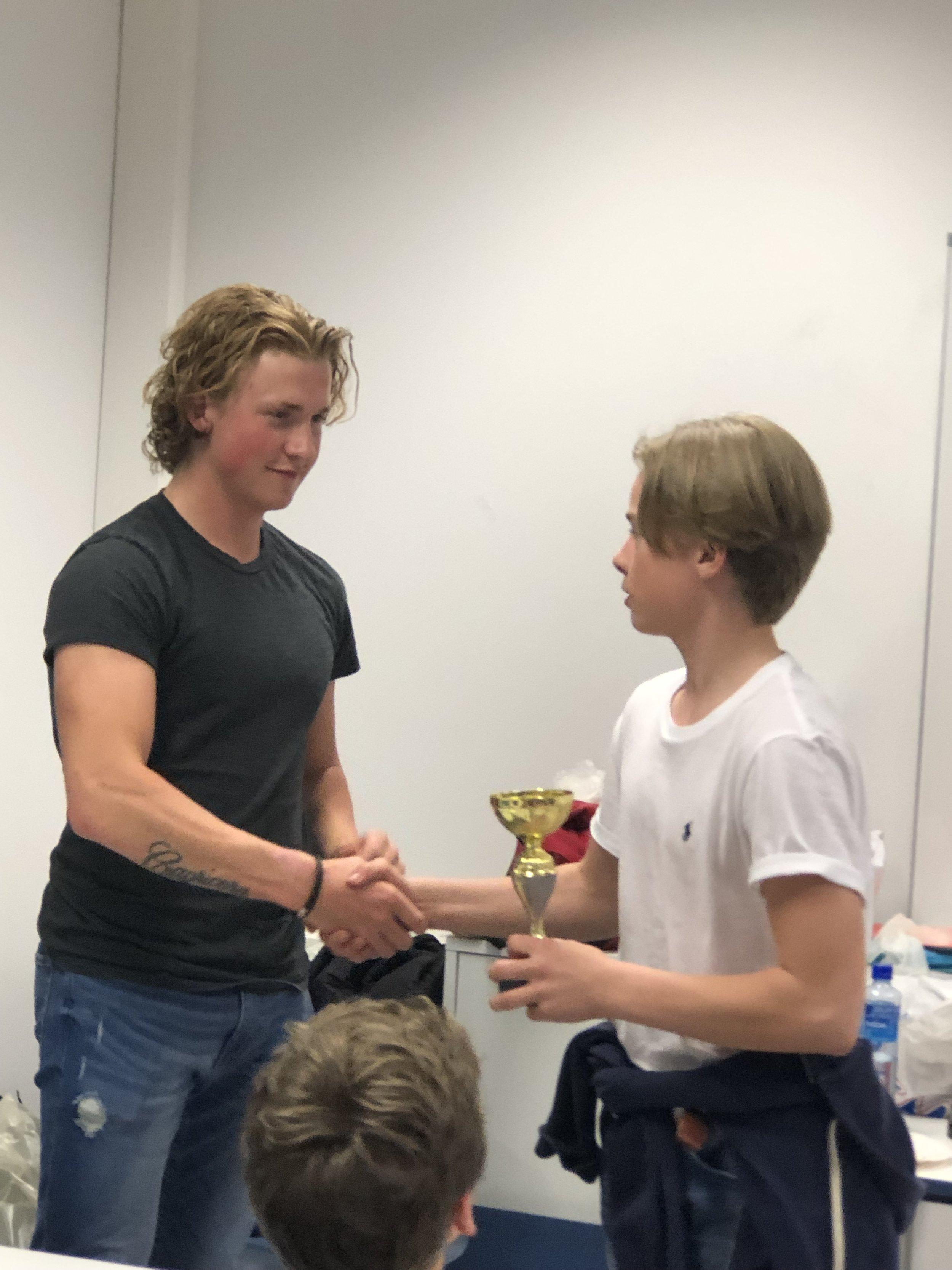 Marius Bratli gir premie fra klubbmesterskapet til Linus Risnes