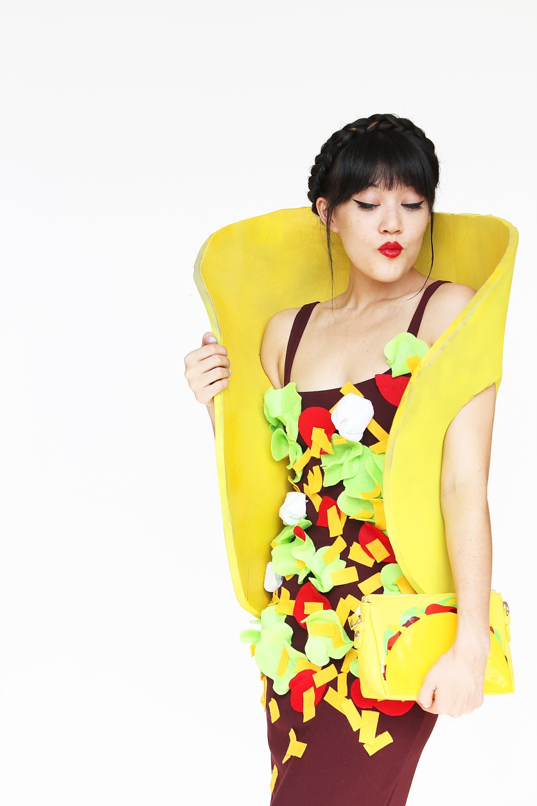 Tacos are easily a food favourite, so why not dress like one?This costume is so easy to make and it's totally perfect to wear for free burrito day at Chipotle on Halloween. (If you live near a Chipotle, moment of silence for the rest of us who don't). Anyways, the taco purse is definitely my favourite part and I kind of want to just wear this everyday. That's acceptable, right?? Grab the guac and the hot sauce, and read the how-to because you're about to be one big taco!  (via Aww, Sam!)