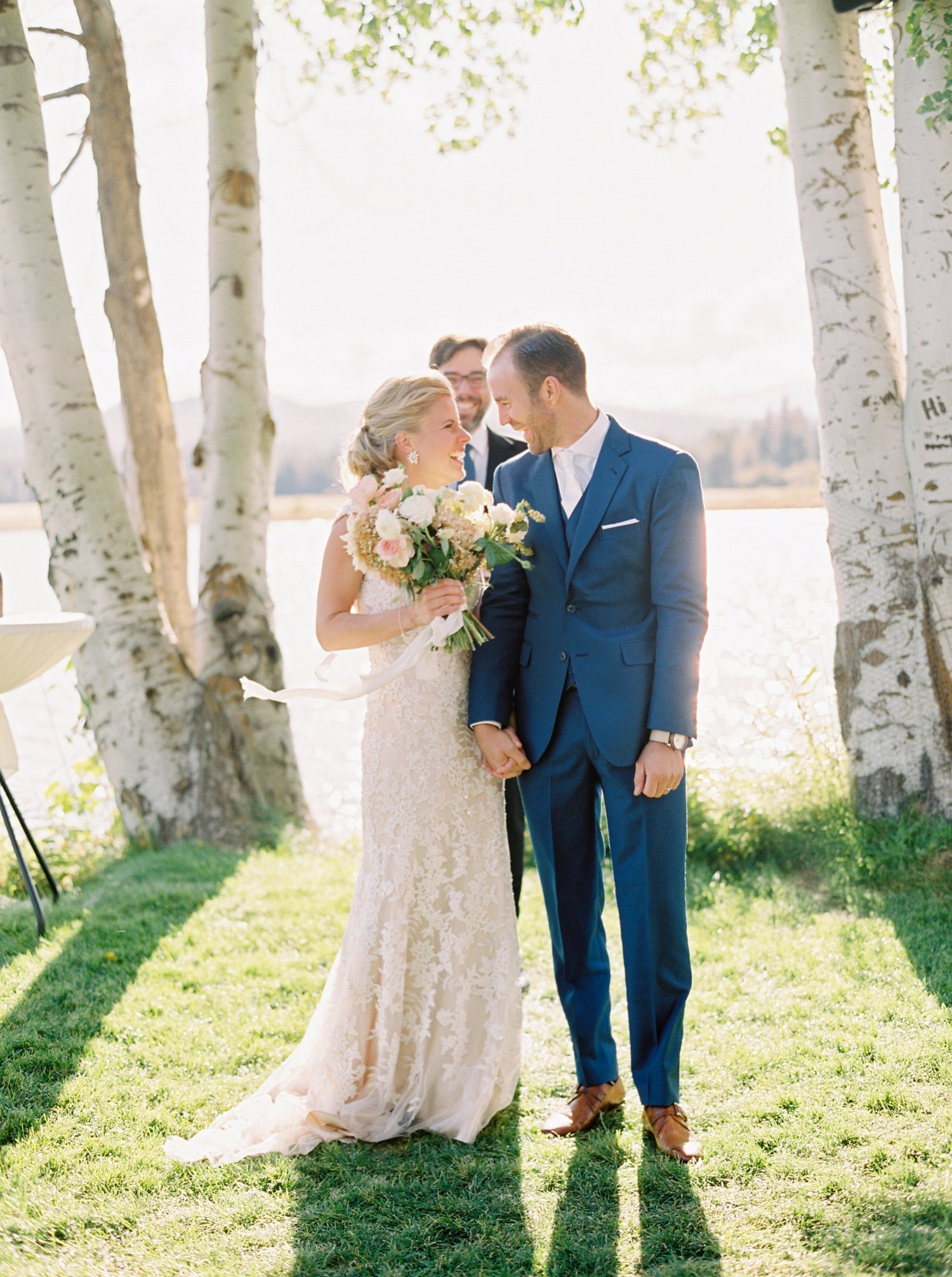 Calgary wedding photographers | oregon wedding photographers | fine art film | Justine Milton Photography | oregon wedding | wedding ceremony | bride and groom | kiss the bride