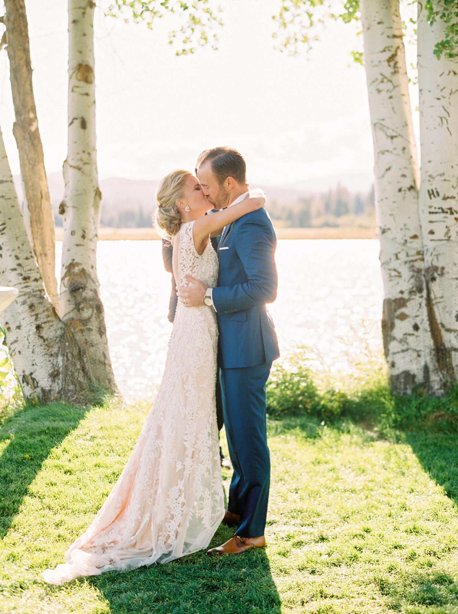 Calgary wedding photographers | oregon wedding photographers | fine art film | Justine Milton Photography | oregon wedding | wedding ceremony | bride and groom | wedding vows | kiss the bride