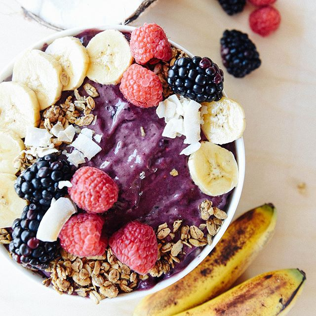 What tricks do you have up your sleeves to get that perfect, creamy consistency for Açaí bowls? 🌀 Leave them below👇 🍌🥥We like to freeze slightly browned bananas and toss them in the blender with Açaí for an incredibly creamy texture and natural sweetness. Did you also know they contain much higher levels of antioxidants than green/yellow bananas? A little goes a long way! 🍌 #sambazonau #acaibowl #eatbetter #purplesmiles