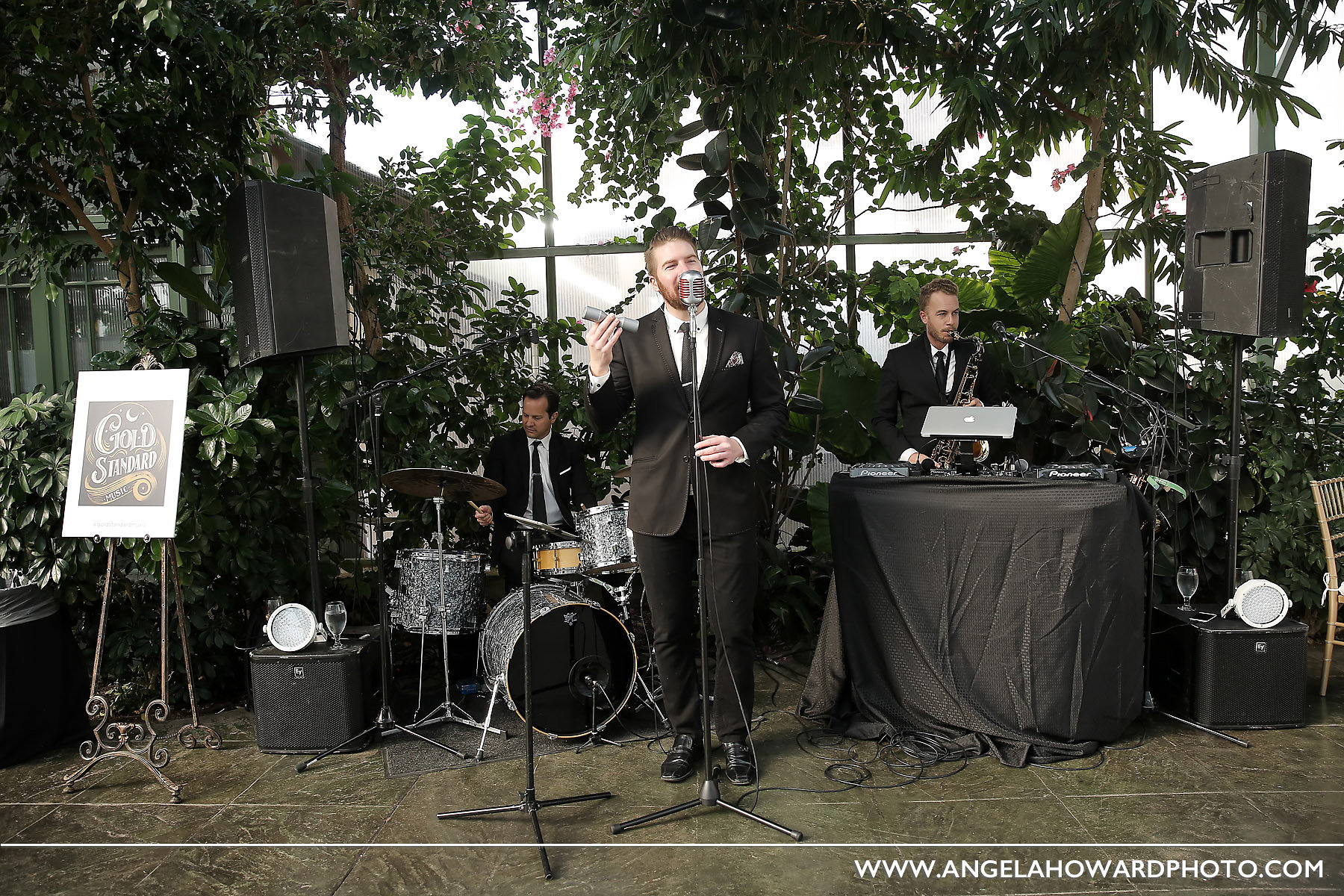 We loved laying down lush jazz/soul grooves in the deep green garden setting. @utahbridemag #UBGWhiteParty Photo credit: Angel Howard Photography
