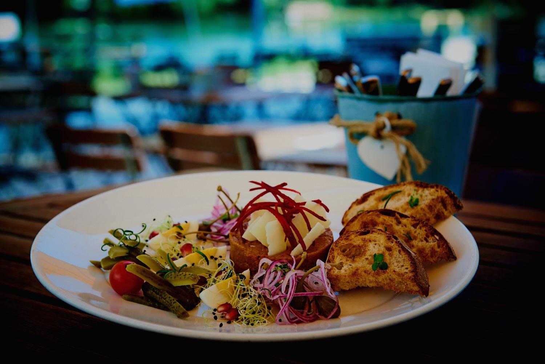 Lehn dich zurück - Lass dich von den warmen Sonnenstrahlen streicheln und von unserer Küche kulinarisch verwöhnen. Fast wie Ferien, nur etwas näher.