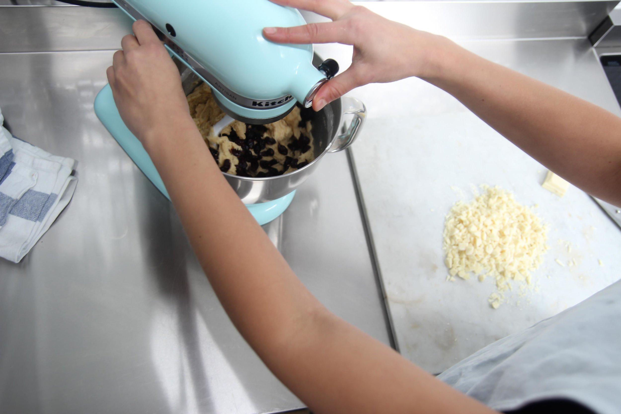 Butter und Zucker mit dem Mixer cremig aufschlagen. Eier einzeln zugeben. Mehl, Backpulver, Natron und Salz mischen und kurz unterrühren. Schokolade und Cranberries reindengeln.