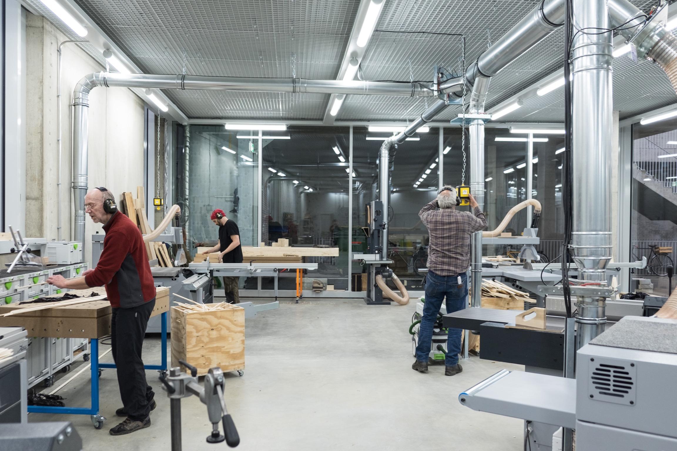 Maker in ihrem Element in der  Holzwerkstatt