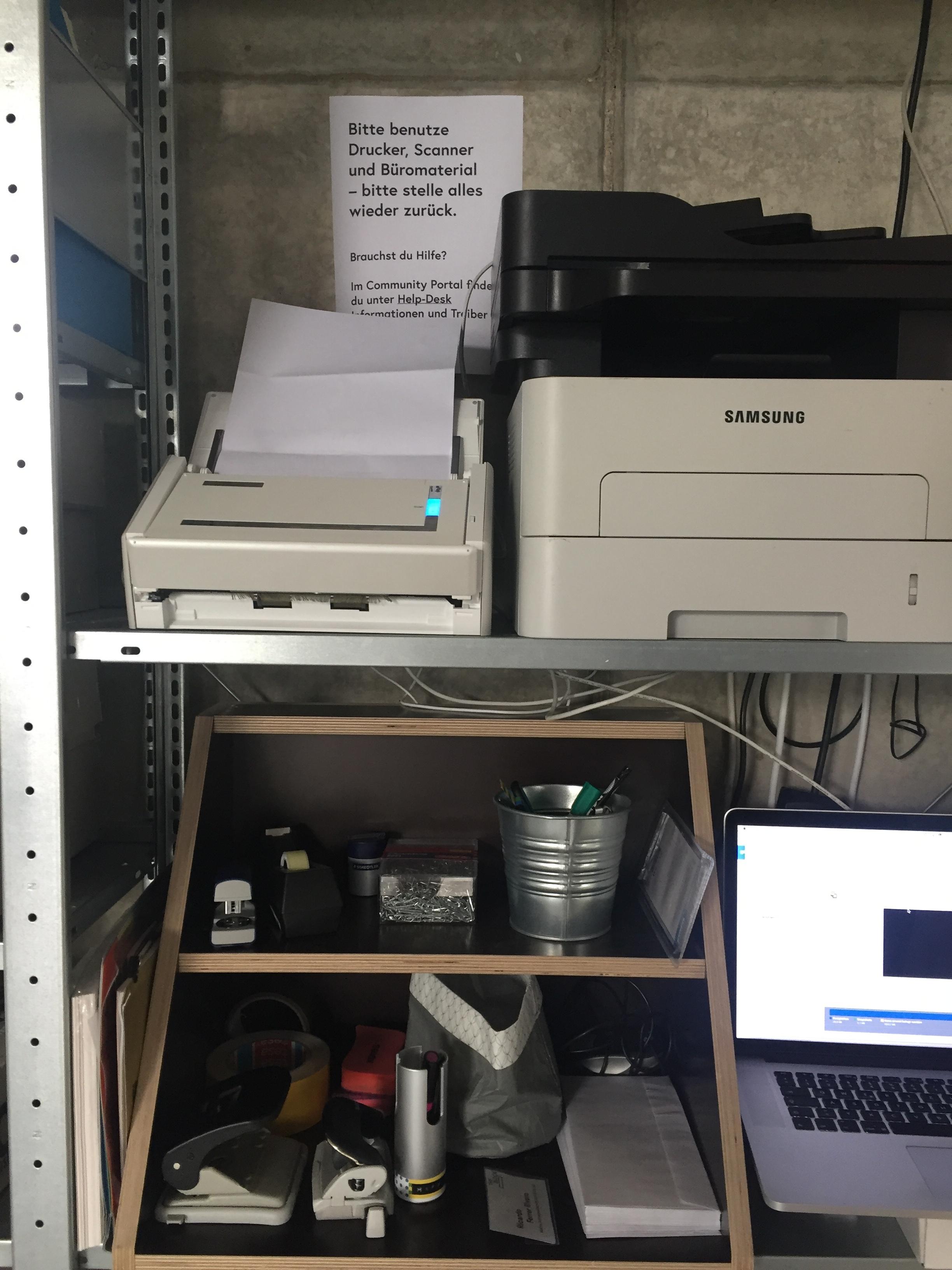 Es gibt auch einen Drucker — eine Anleitung wie du ihn installieren kannst findest du im  Mitglieder-Portal  (HelpDesk/ Drucker Nordstadt).