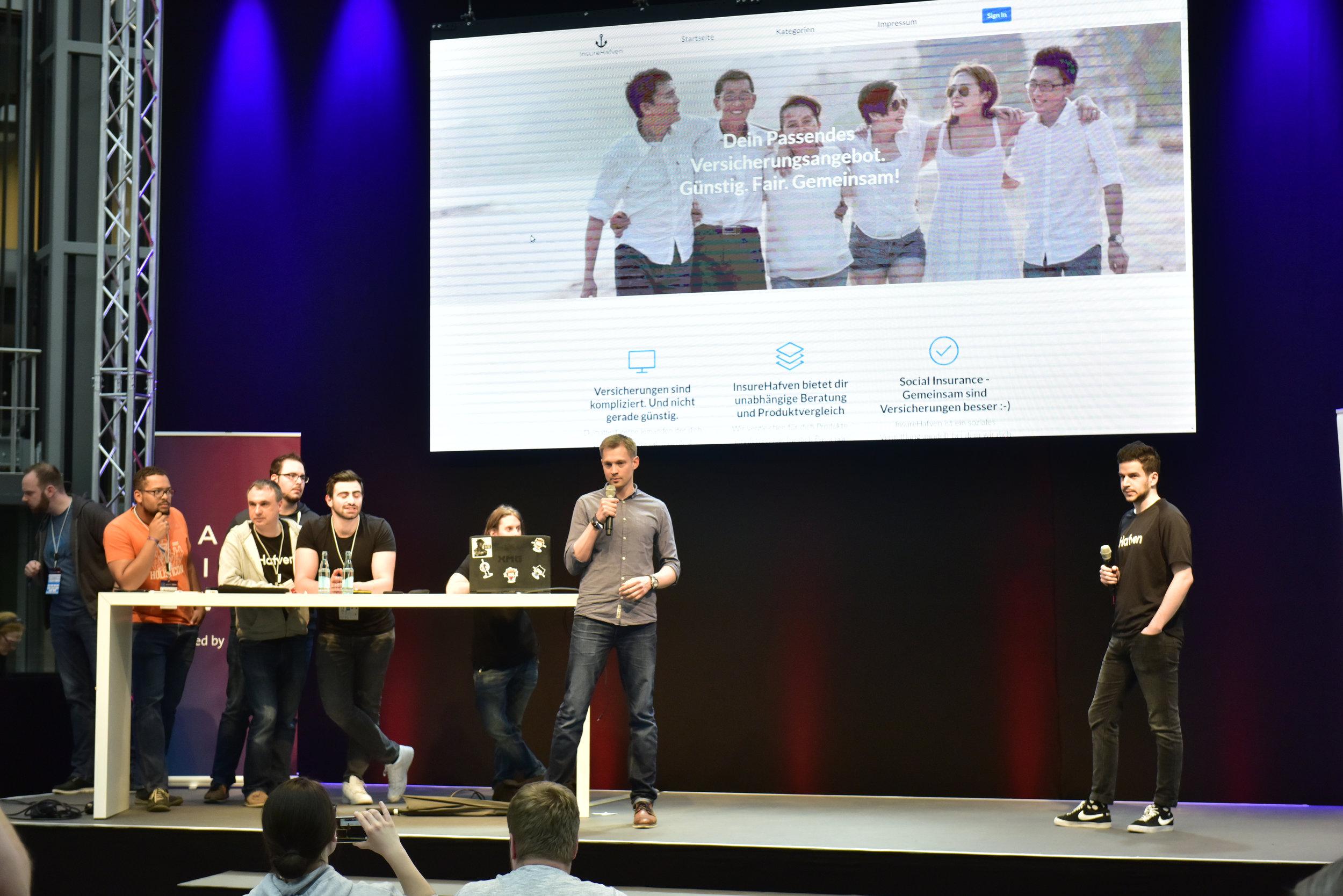 Kaleb und Stefanos pitchen der Jury die Idee. Foto: www.scheffen.de