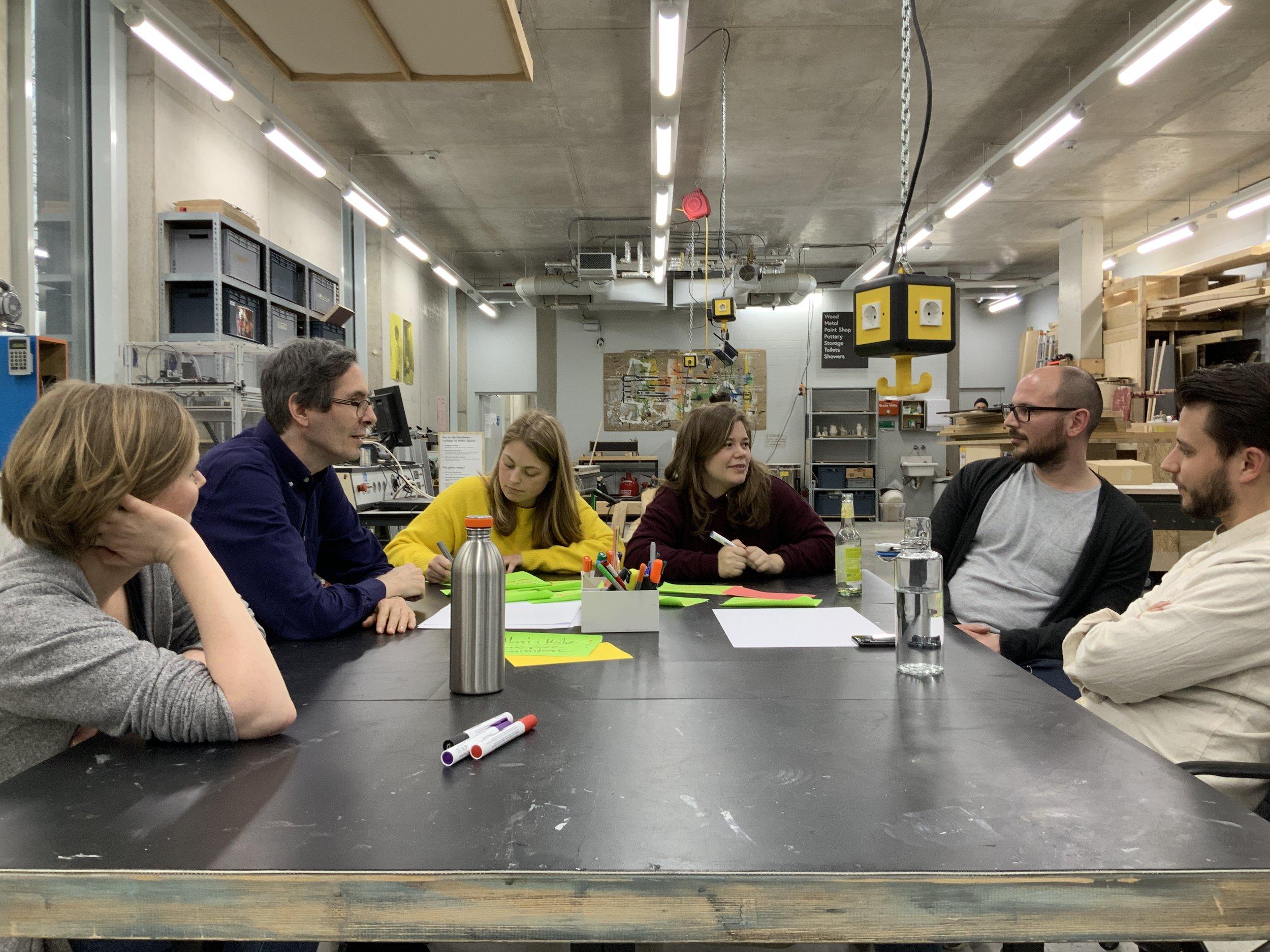 Die Produkt-Design Studentinen Maxi und Meike sammeln Ideen und Anforderungen für die Entwürfe neuer Büromöbel.