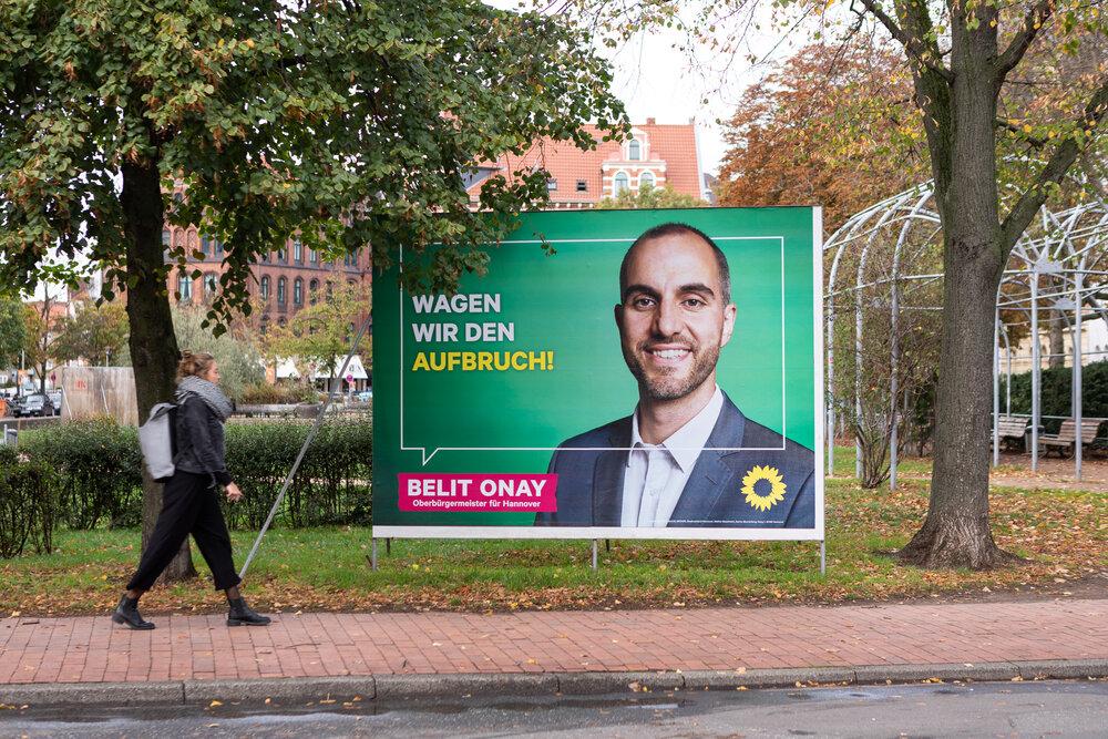 Hannover hat  Belit Onay  zum neuen  Oberbürgermeister  gewählt. Sascha und Hannes stellen dieses Mal  die Entstehung seiner Plakatkampagne  als Projekt vor.