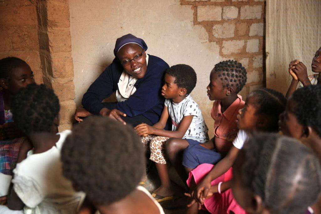 at-kabamba-crs-staff-and-children-11_e-1024x683.jpg