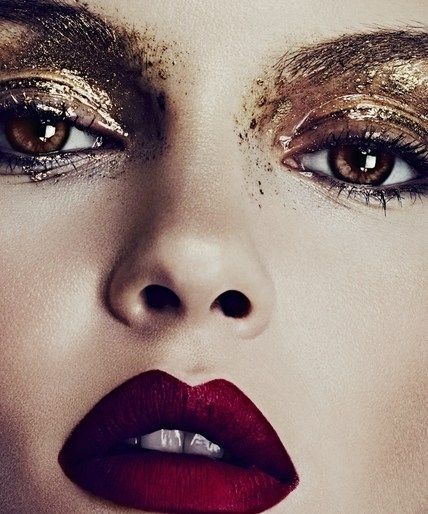 Photo by:  www.harpersbazaar.com    This  liquid metallic  looks is absolutely amazing! Do you dear to try it out tomorrow night, and enter the new year in  shining gold ?
