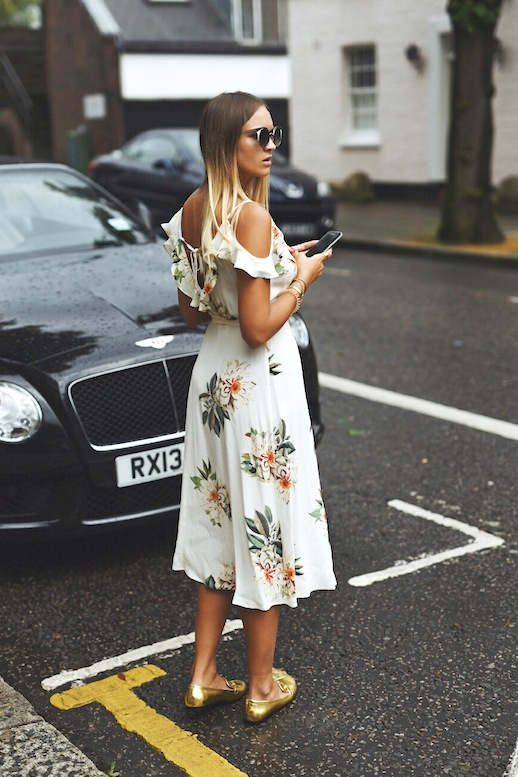 Ruffle_Shirt-Topshop_Skinny_JEans-BEaded_Clucth-Red_Sandals-Karen_Walker_Sunnies-Outfit-Street_Style-33-790x527.jpg