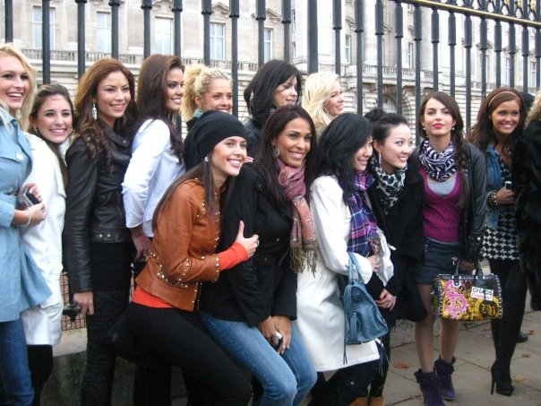 Some of the girls getting a group photo in front of Buckingham Palace
