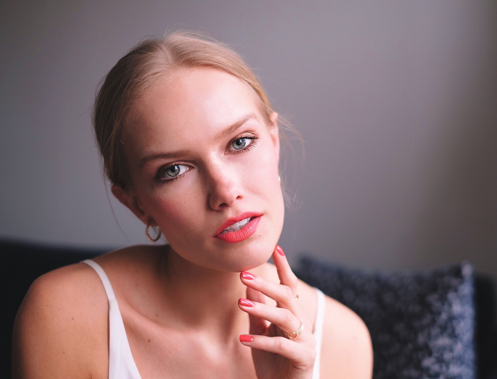 CORAL & PEACH - Here I have gone for peachy coral lips and cheeks, giving me a nice summery look. These pink shades, which are going more towards orange, are best used when you have a bit of a summer glow to your skin. So mostly suitable for summer!I love when you can use a product both for your lips and cheeks. Here I have used a matte liquid lipstick from Bourjois called Rouge Edition Velvet. The shade I'm using is the '04 Peach Club'. And yes, you can also use it on your cheeks even though it's a lipstick.