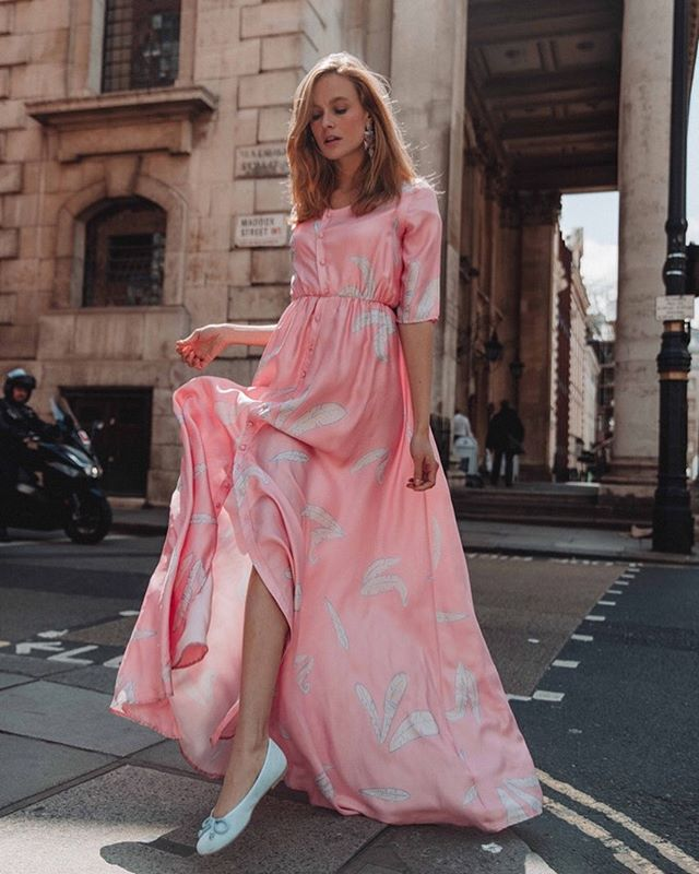 || PINK maxi-dress || crossing the #londonstreets in style 😜💁🏼♀️💓 picture taken of @aannabell.r by lovely @lydiaxcollins back on a super sunny day in #june in #london #soho 🌸 #todayweloveuk #londonlife #maxidress #dress #blondemodel