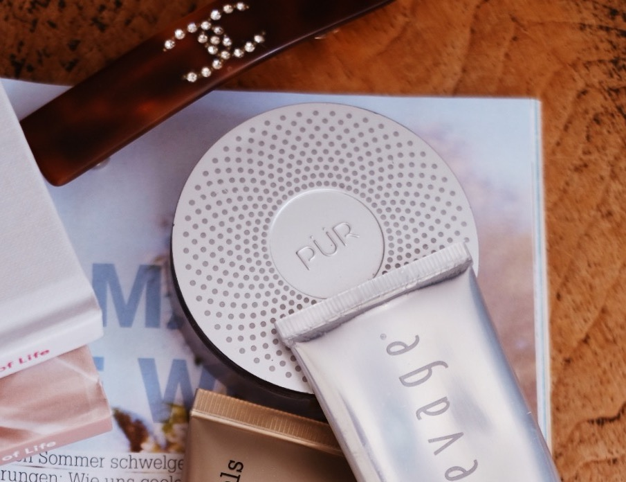 PÜR - 4-in-1 Pressed Mineral PowderThis incredible powder gives you a flawless mineral coverage with groundbreaking skincare ingredients and SPF 15, built into this award-winning formula. Its my absolute fav product, as its super lightweight and easy to apply with a brush in circular motion.