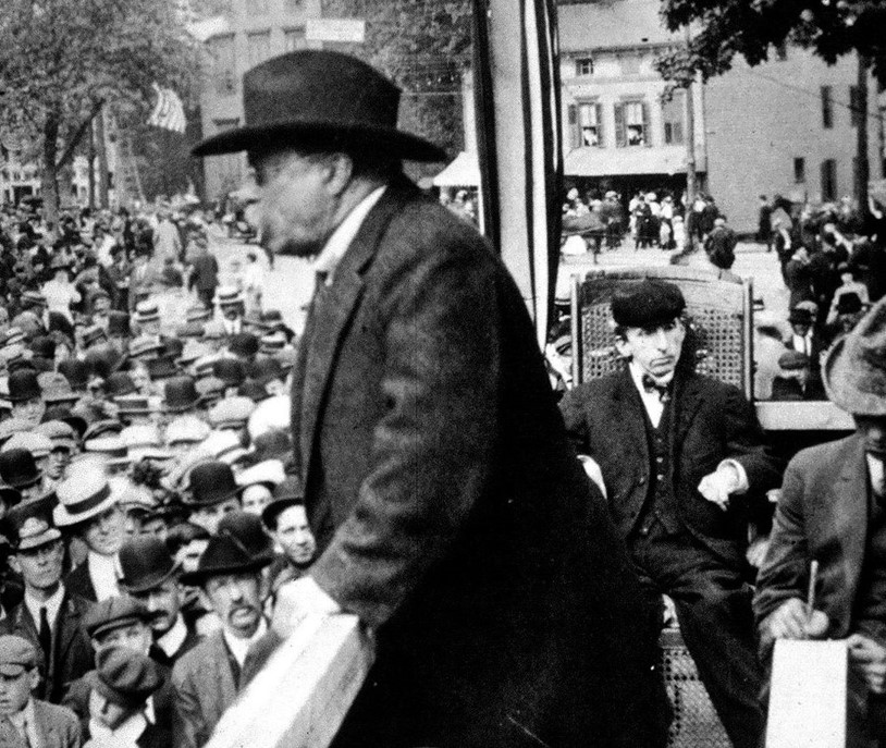 Roosevelt and crowd at Warren Green Hotel.jpg
