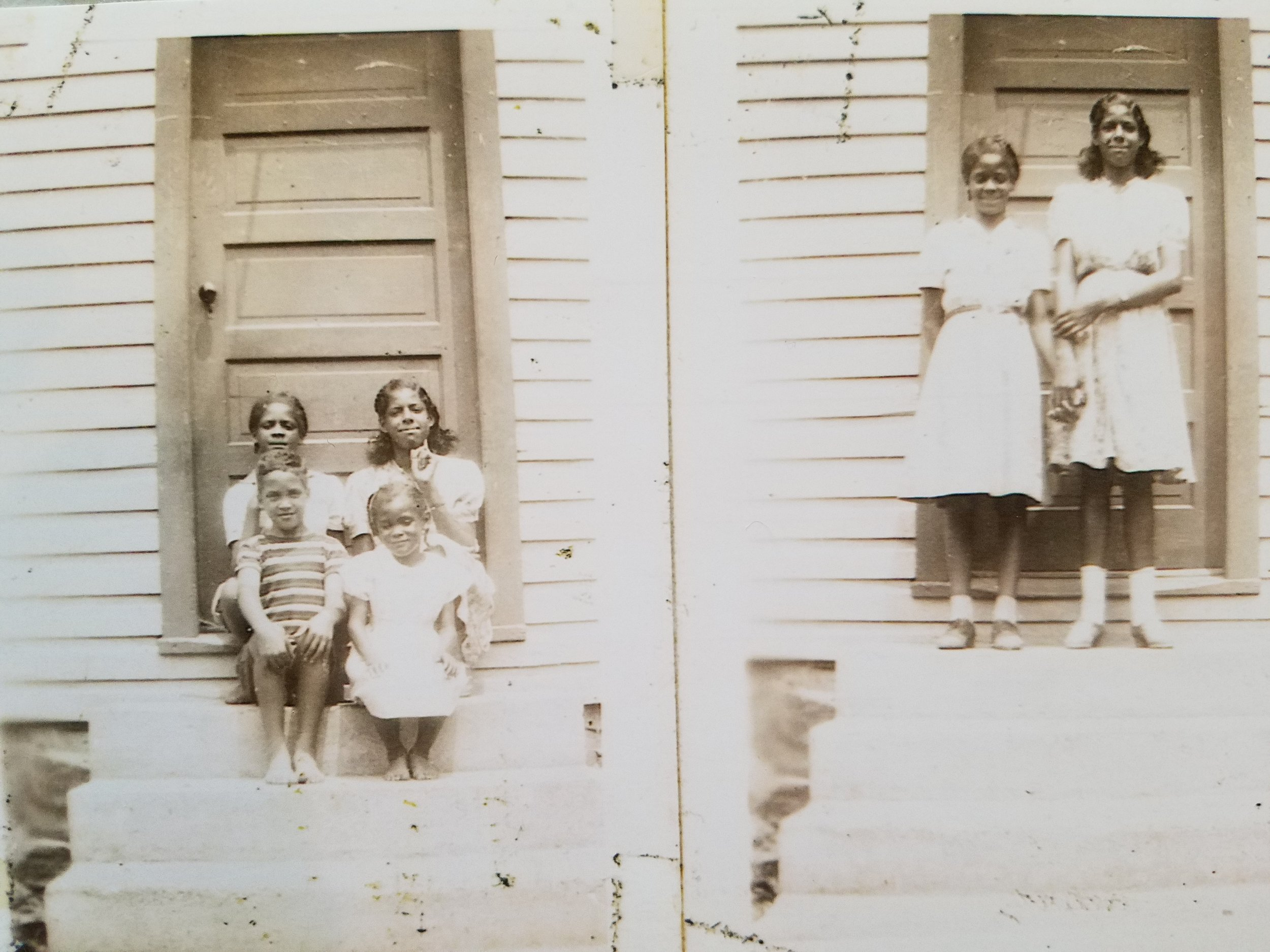 Children pose in front of the Schoolhouse, including Anne Brooks Lee, Julia Francis Brooks Ross, Robert Eugene Brooks, and Bertha Brooks Gaskins
