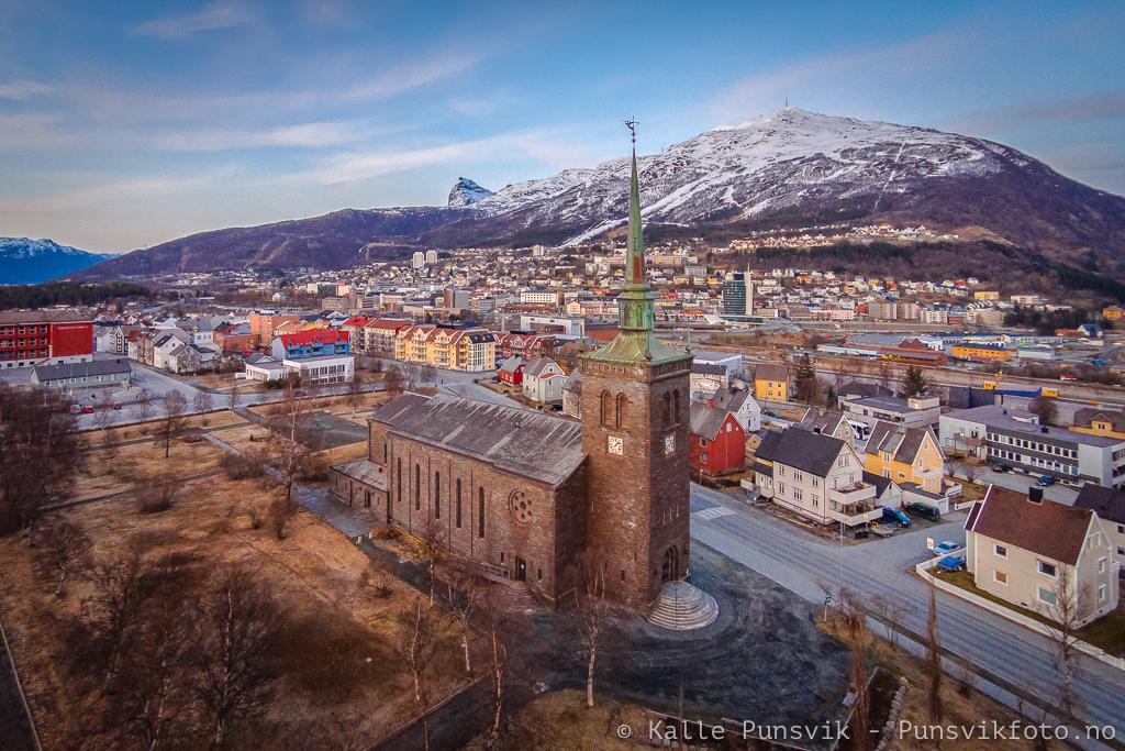 Narvik Kirke sett fra luften. Bilde tatt i mai 2014.