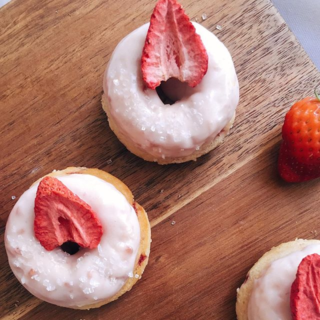 Back on the menu for summer! Strawberry baked donut with a strawberry vanilla bean glaze and freeze dried strawberry 🍓 order it today for your summer celebrations!