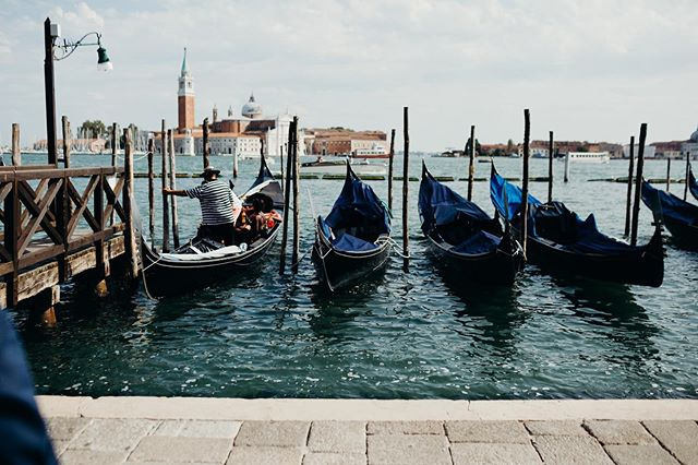 Venezia 🧡. . . . . #destinationweddings #travelphotography #travelblogger #pasionpassport #gondolaride #italy #italytravel #ontarioweddingphotographer #veneziaweddingphotographer #traveling #italytravel #destinationweddingphotographers #lisbon