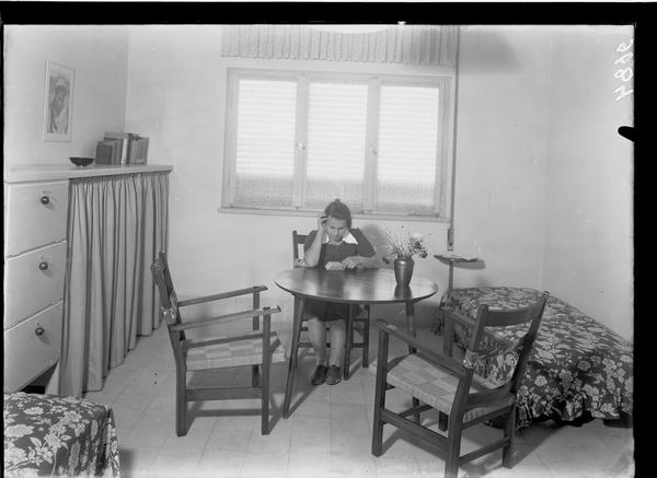 תלמידה בבית צעירות מזרחי. זולטן קלוגר, 1938 (ארכיון המדינה)