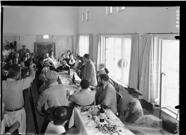 ישראל רוקח, ראש עיריית תל אביב, נואם באירוע בבית צעירות מזרחי. זולטן קלוגר, 1939