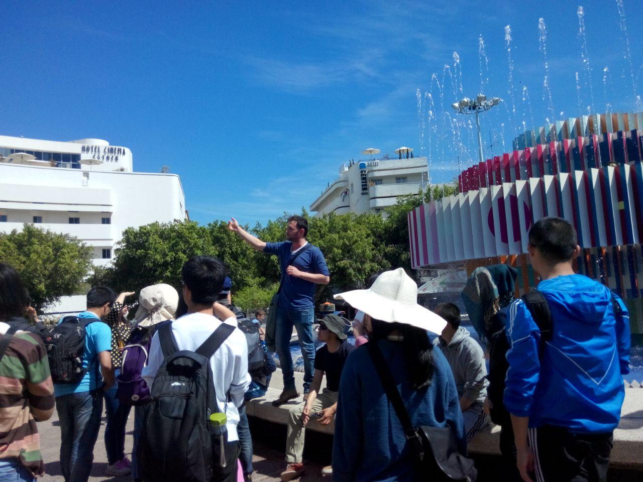 תומר שלוש מדריך קבוצת סטודנטים מסין בסיור בתל אביב