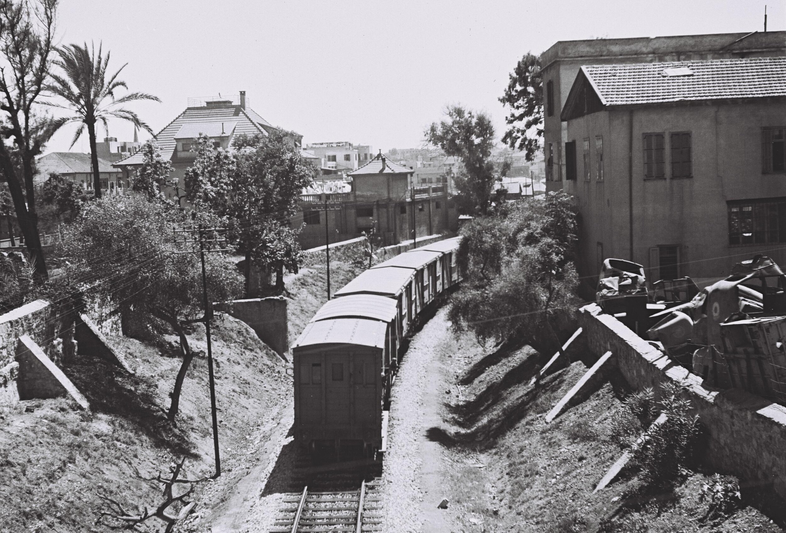 הרכבת חולפת מתחת לגשר שלוש. תחילת המאה ה-20