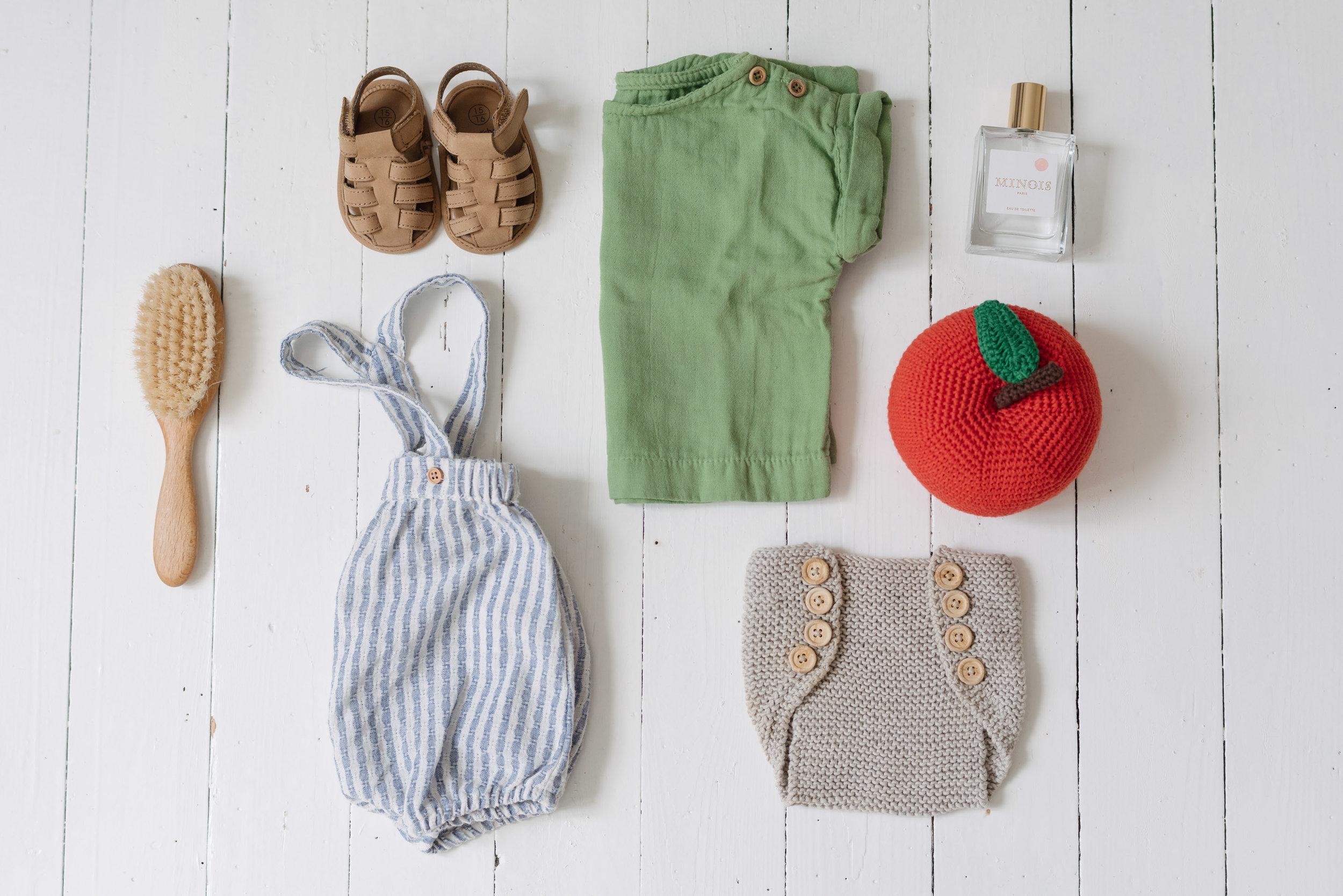 T-shirt   Poudre Organic .  Culotte   De Fil en Merveilles .  Combinaison et chaussures  Monoprix Bout'chou . Pomme   Anne Claire Petit accessoires   via   MSR  . Eau de toilette   Minois.