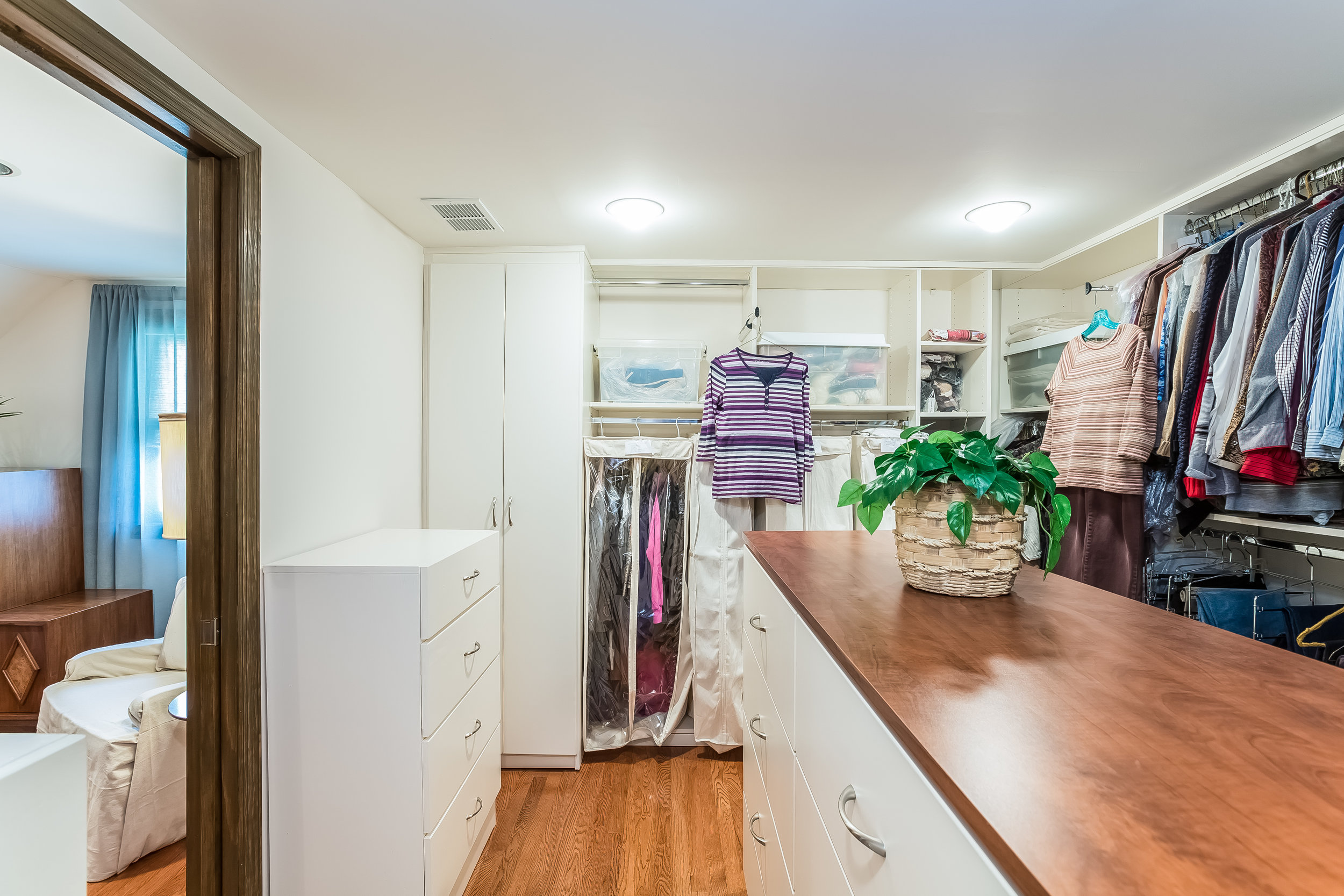 046-Walk_In_Closet-4932704-large.jpg