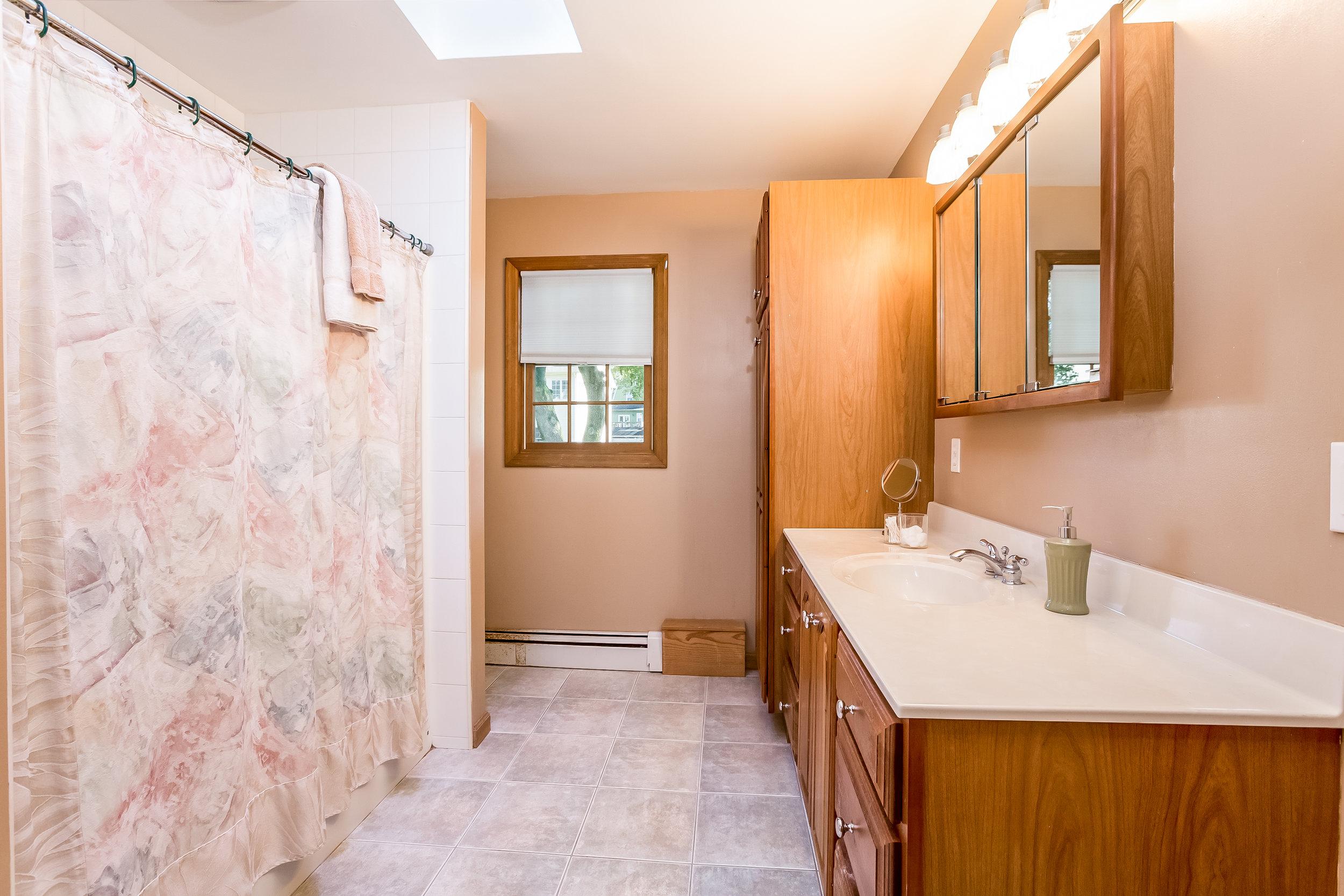 032-Master_Bathroom-5002161-large.jpg